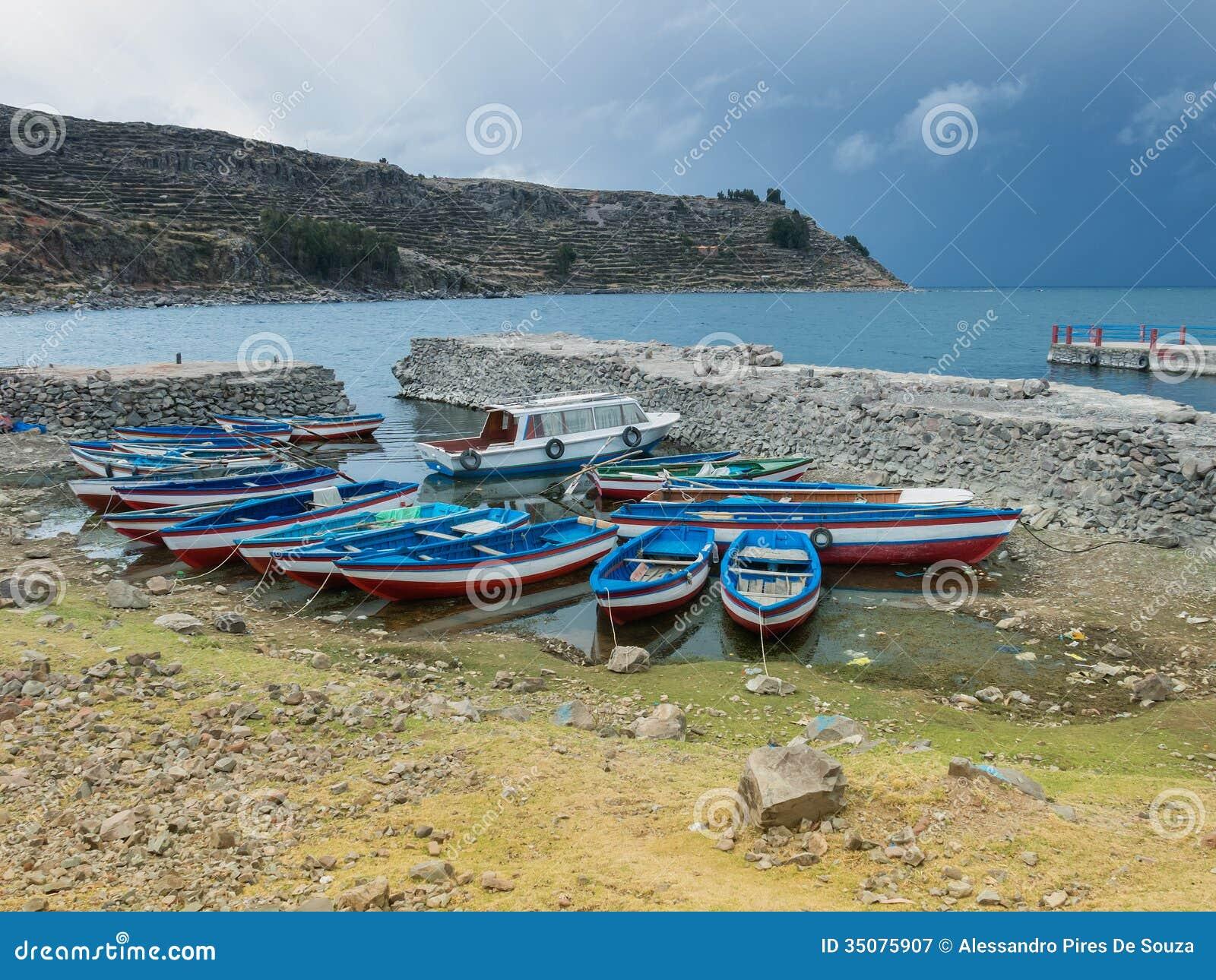 Barche del pesce nel lago titicaca per immagine stock for Cabine del lago vuoto