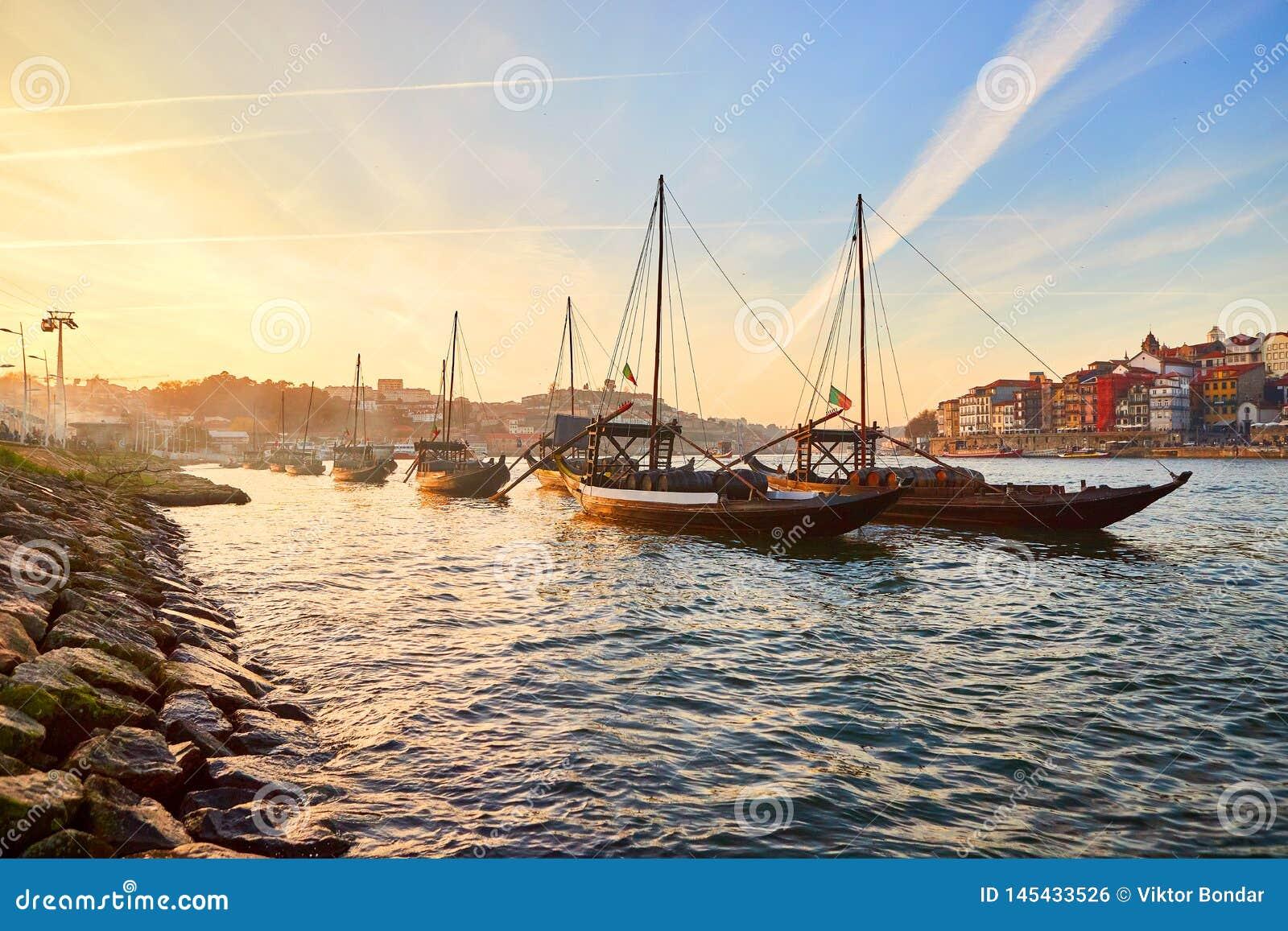Barche di legno portoghesi tipiche, chiamate ?rabelos di barcos ?che trasportano i barilotti di vino sul fiume il Duero con la vi
