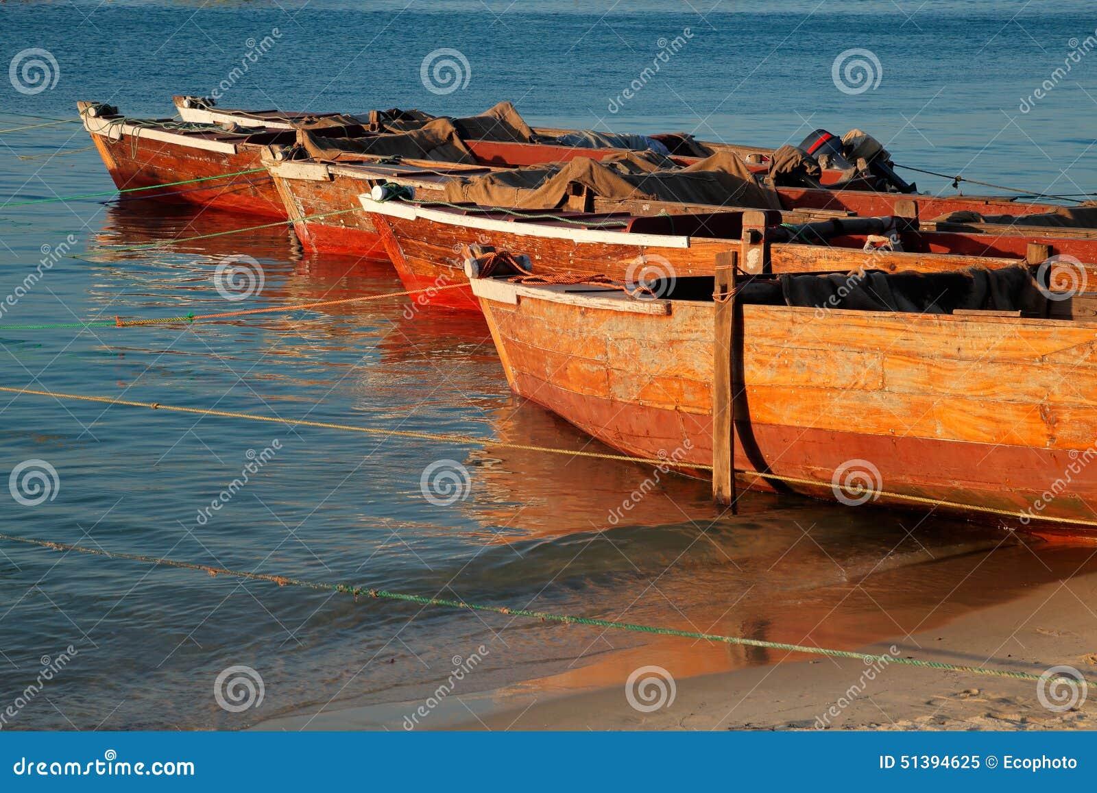 Barche Di Legno Sulla Spiaggia Fotografia Stock - Immagine: 51394625