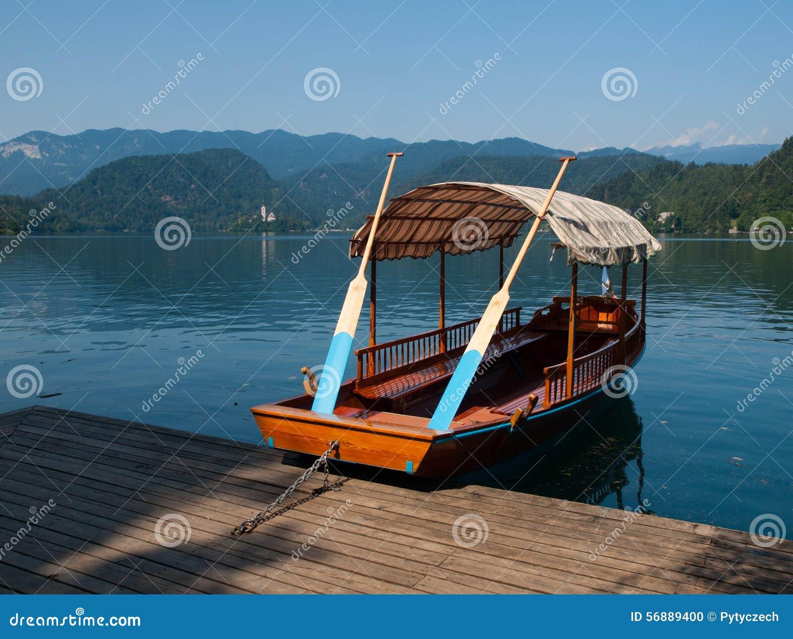 Barche di legno tradizionali sul lago Bled