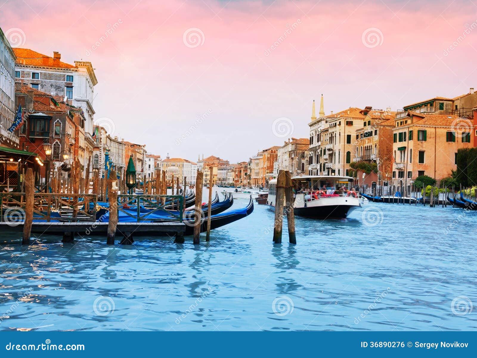 Download Barche e gondole a Venezia fotografia stock. Immagine di giorno - 36890276