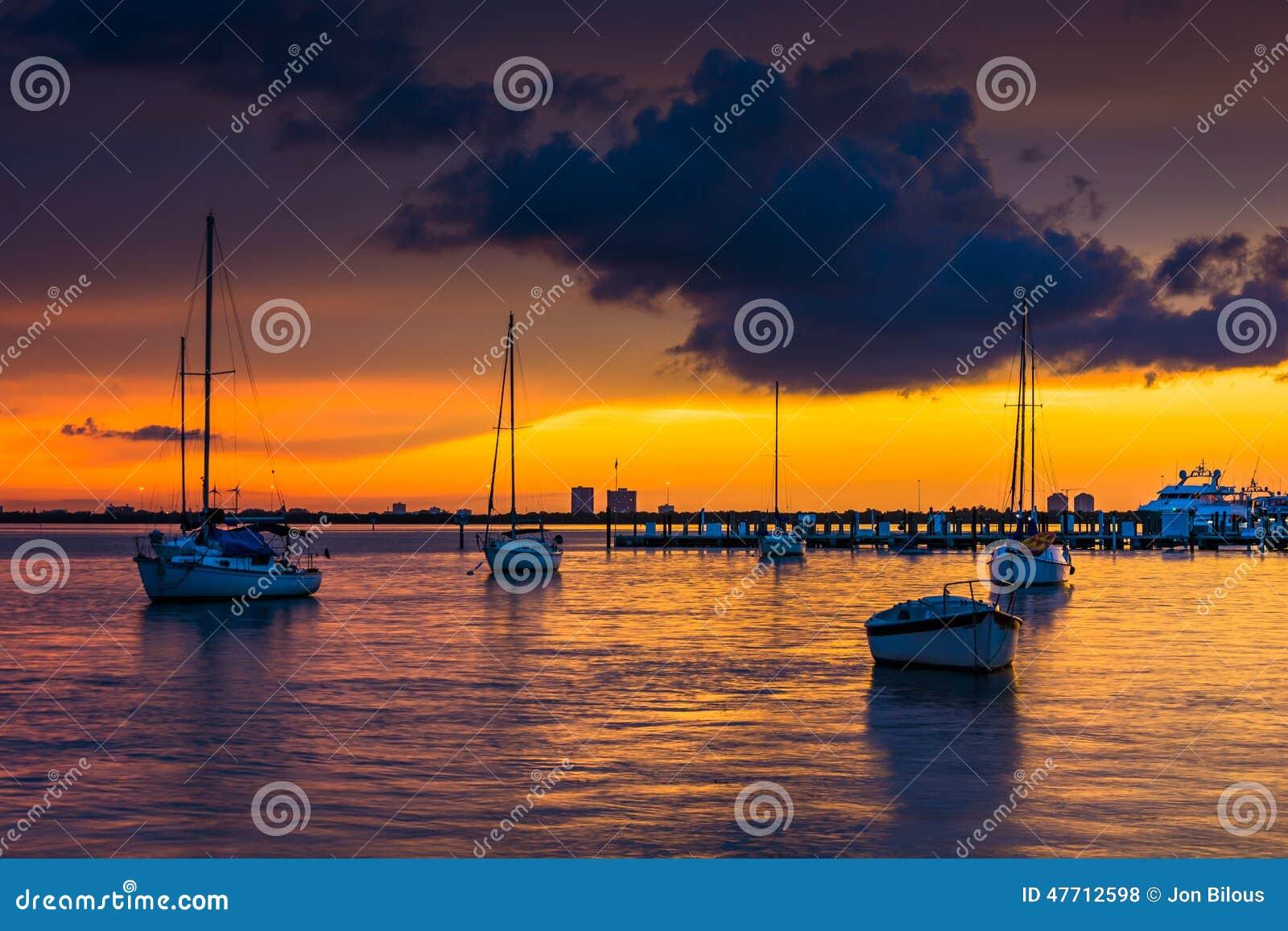 Barche nella baia di Biscayne al tramonto, visto da Miami Beach, Florida