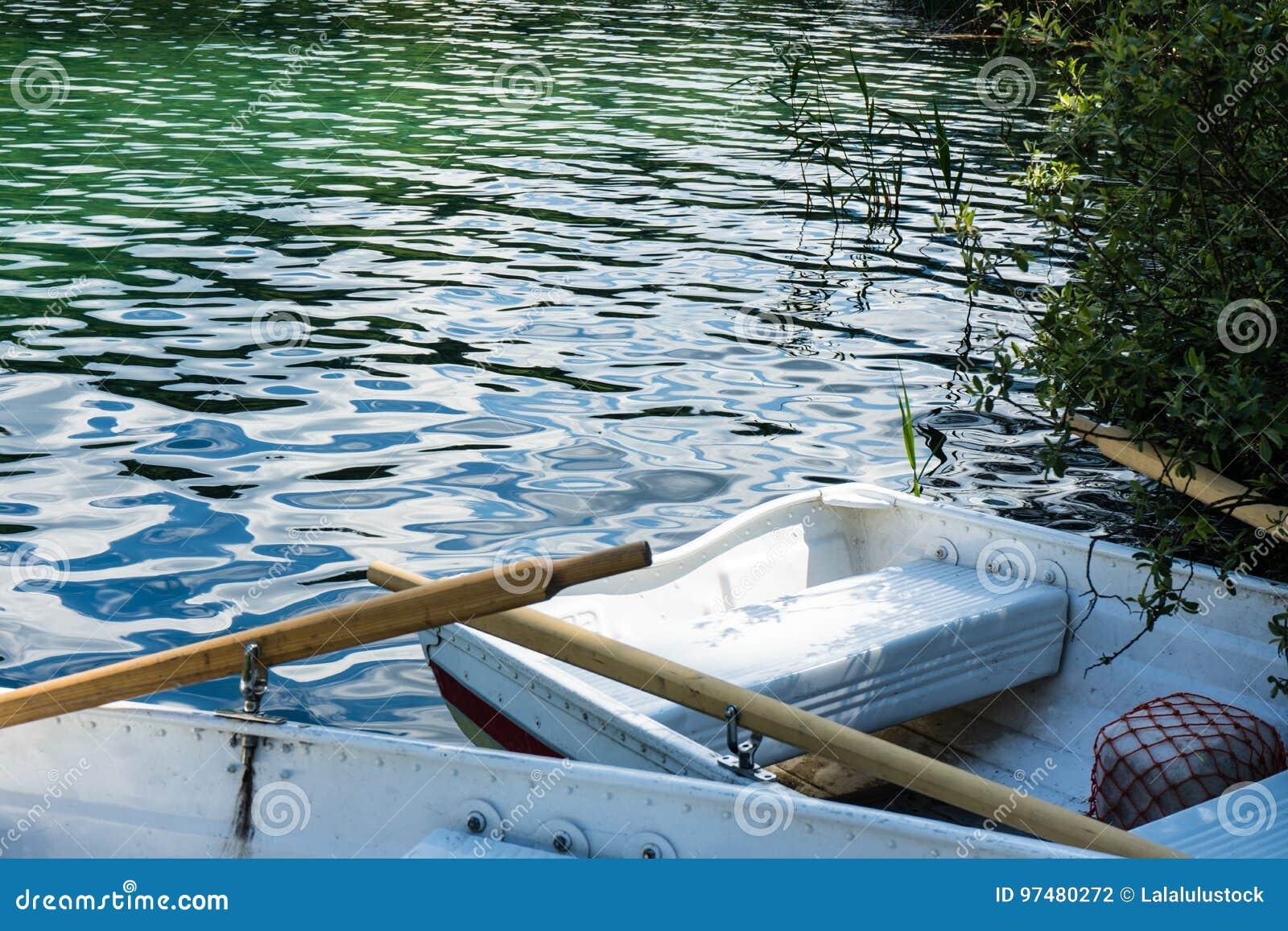 Barche sul lago di crestasee pronto per l uso