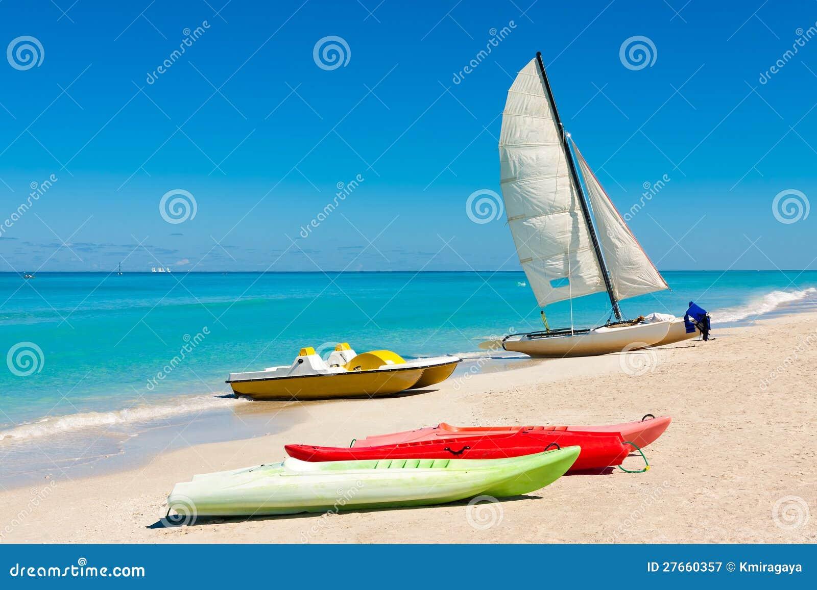 Barche variopinte sulla spiaggia cubana di Varadero
