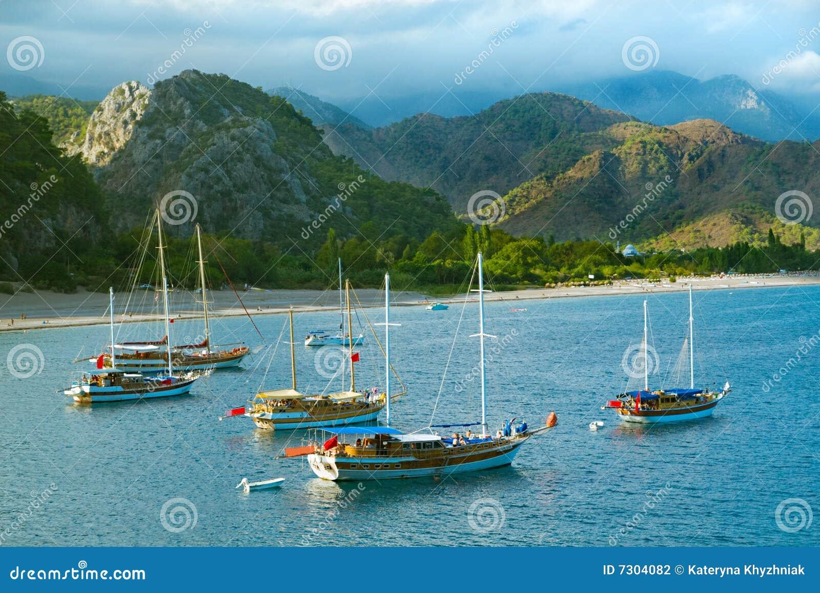 Barche a vela al litorale di mare