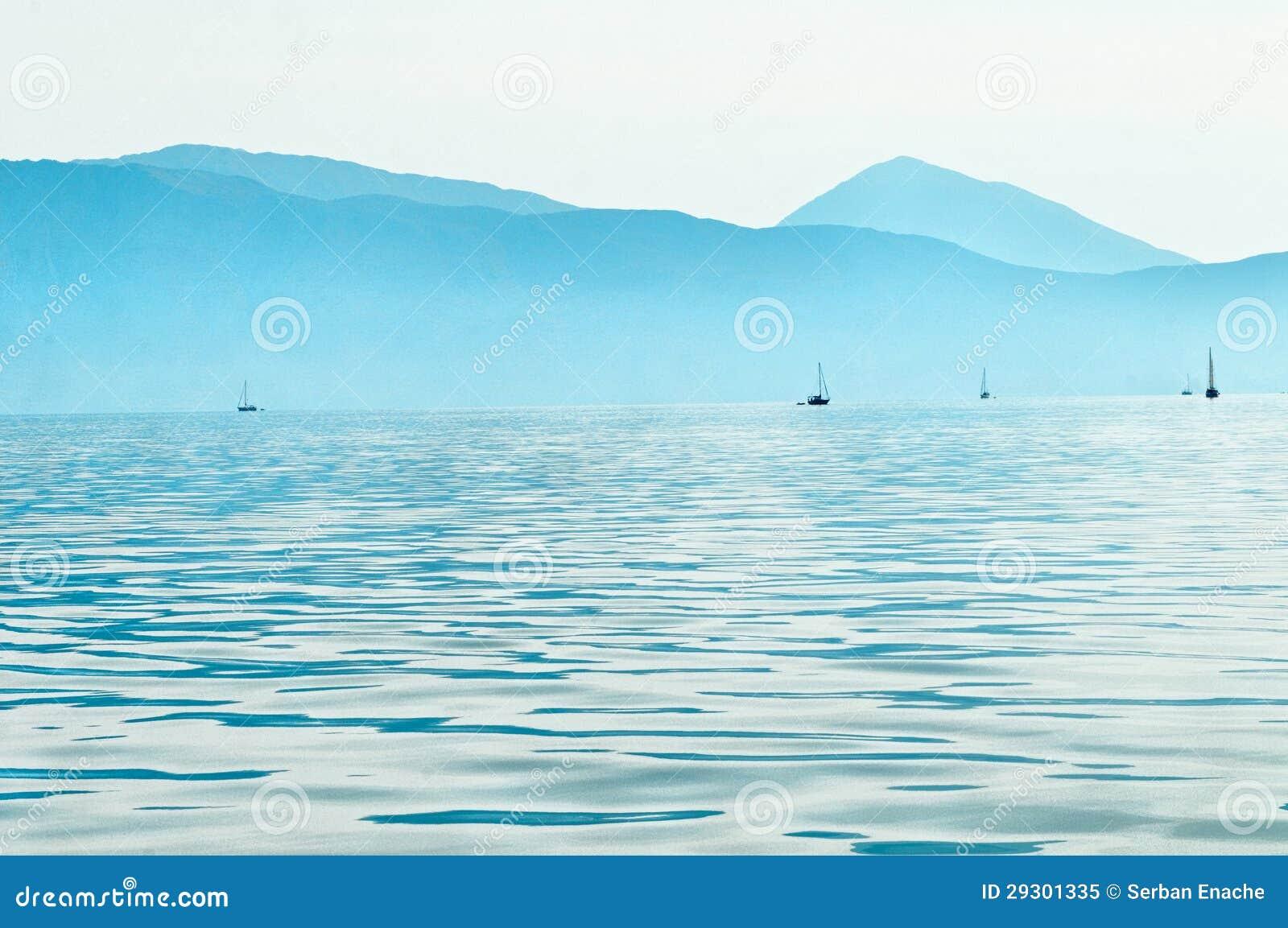 Barche a vela in mare ionico