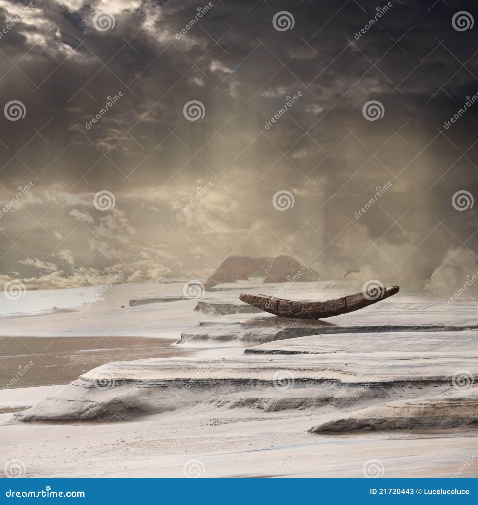 Barco abandonado en la lluvia de la monzón