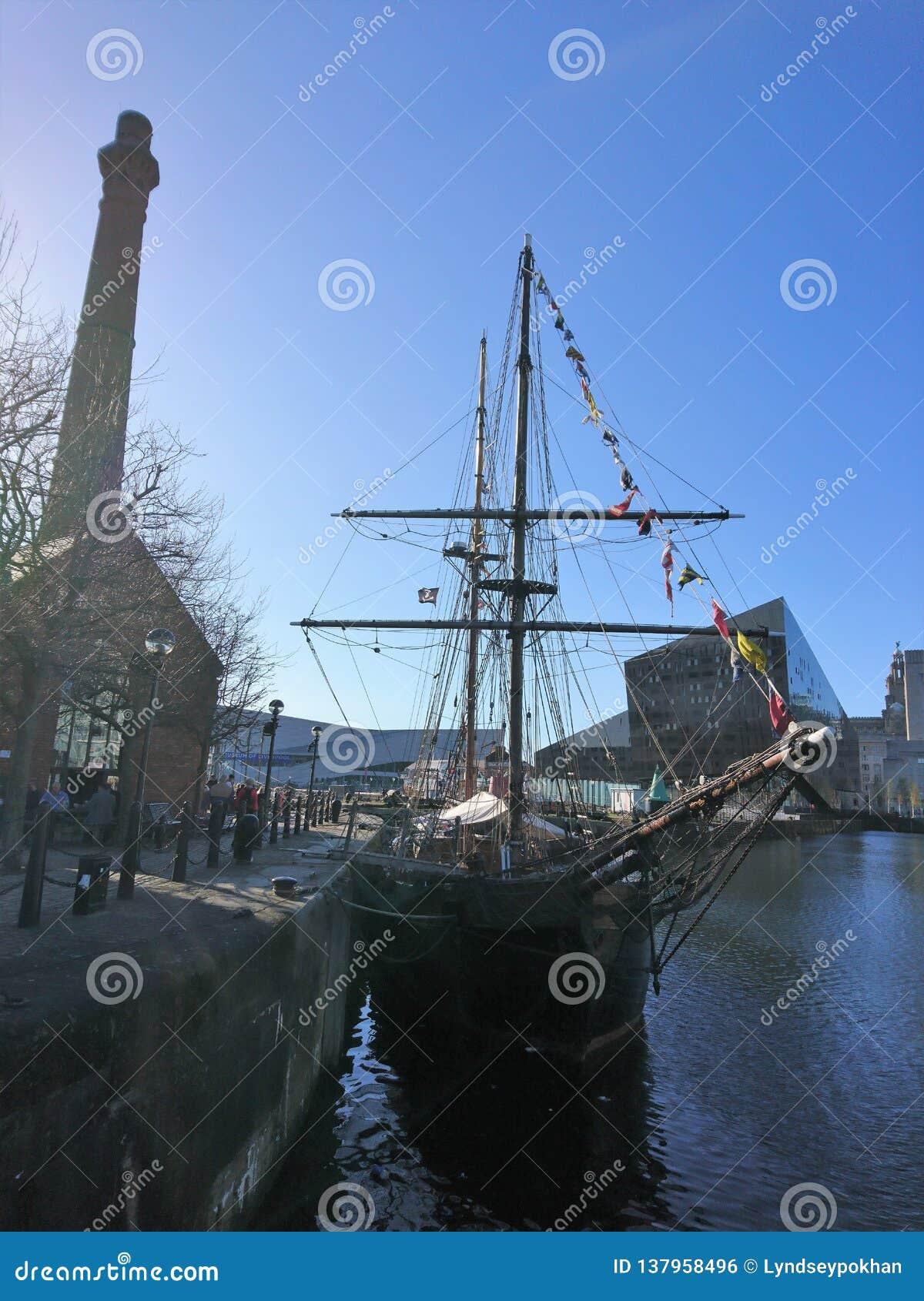 Barco amarrado em Liverpool Albert Docks no verão