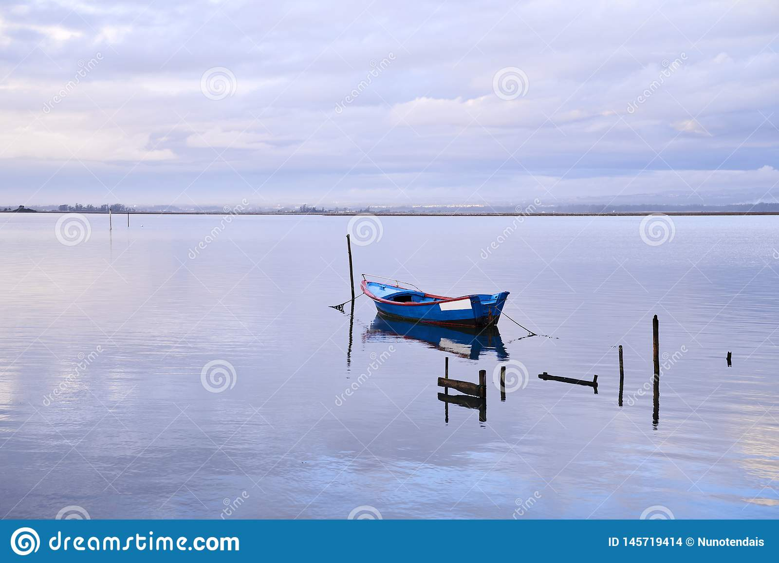Barco azul no meio do lago