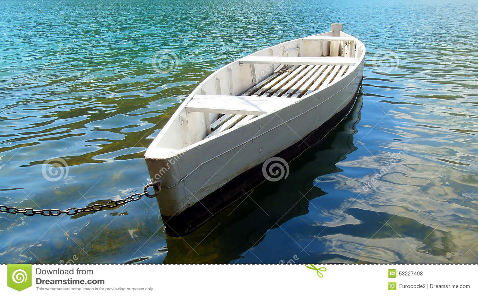Barco blanco en el lago del verde esmeralda,
