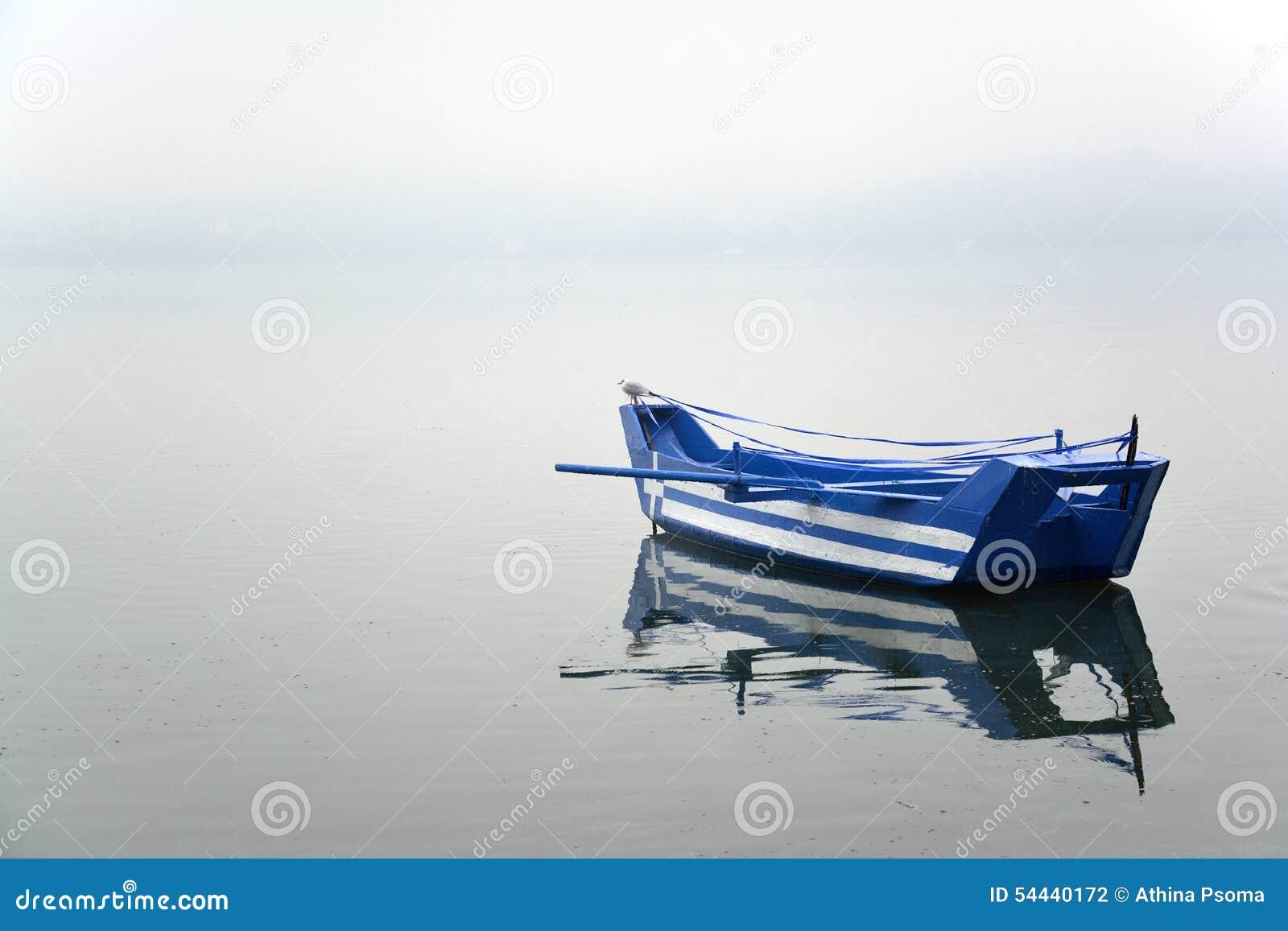 Barco com a bandeira grega pintada nela