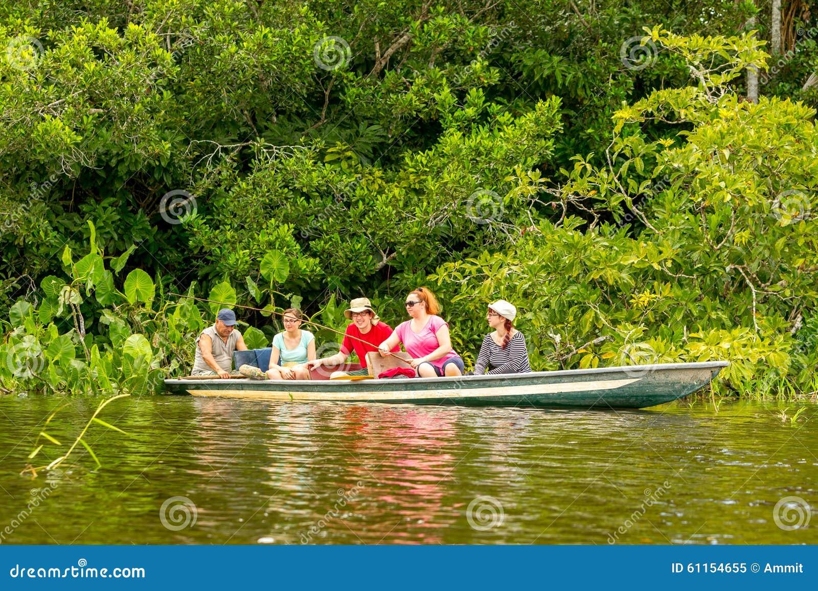 Resultado de imagem para turista na selva