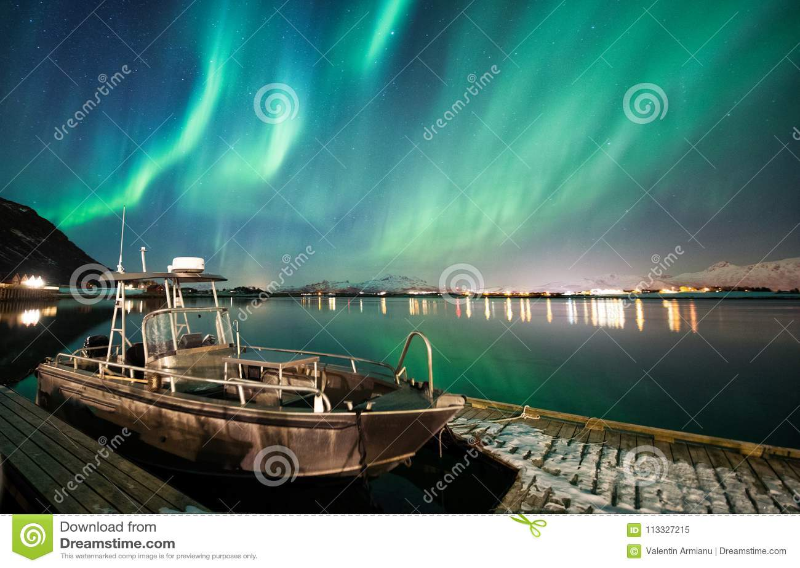 Barco con el fondo de la aurora boreal