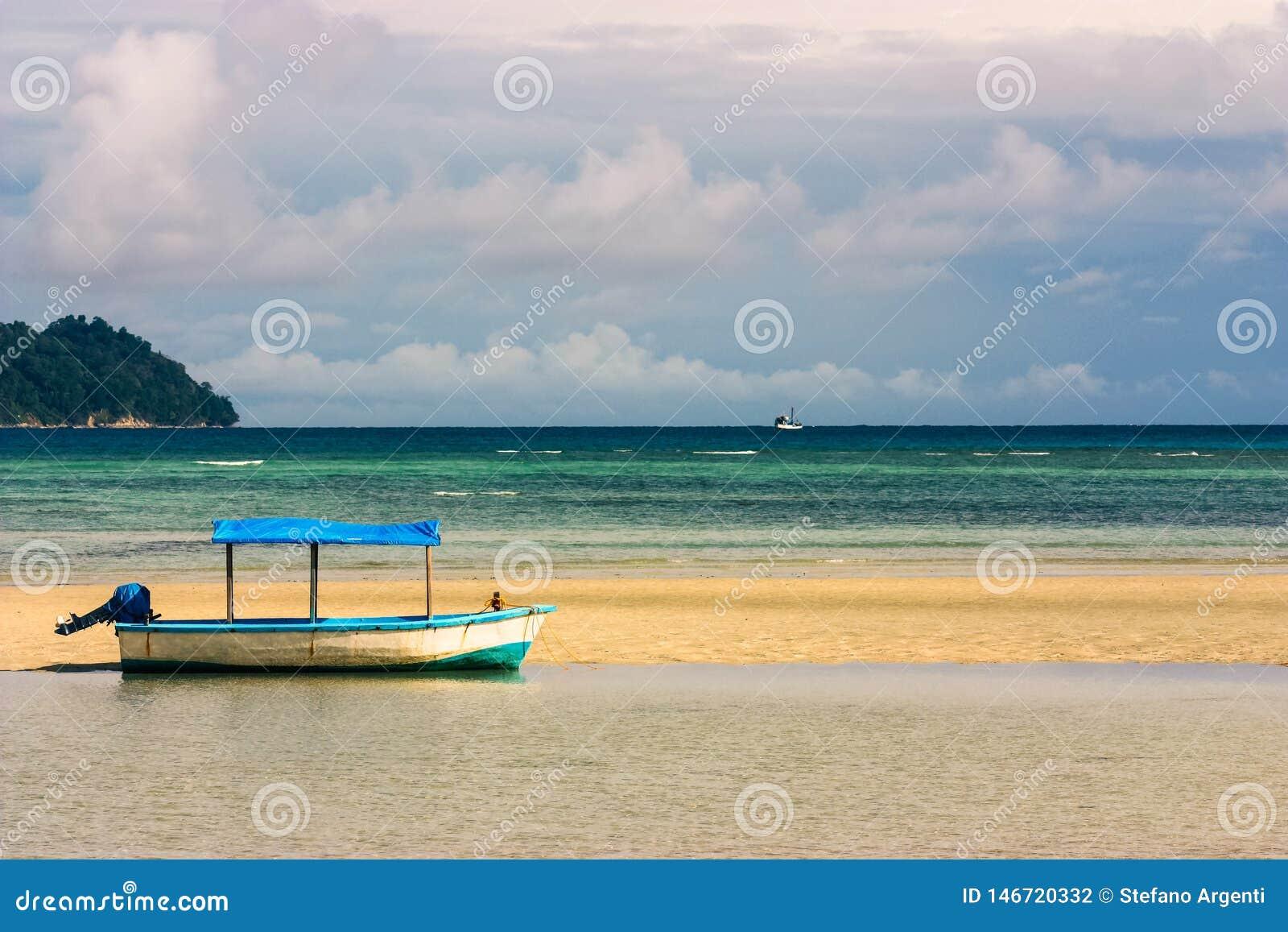 Barco con el toldo en la playa