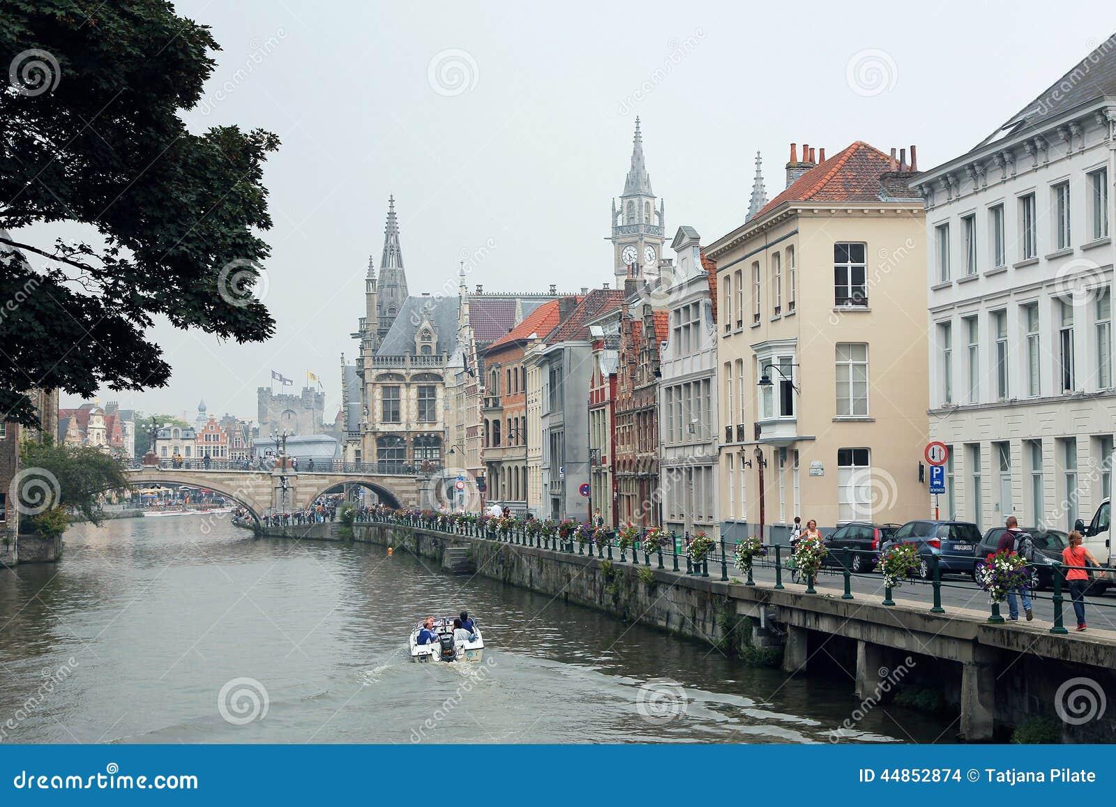 Barco con los turistas