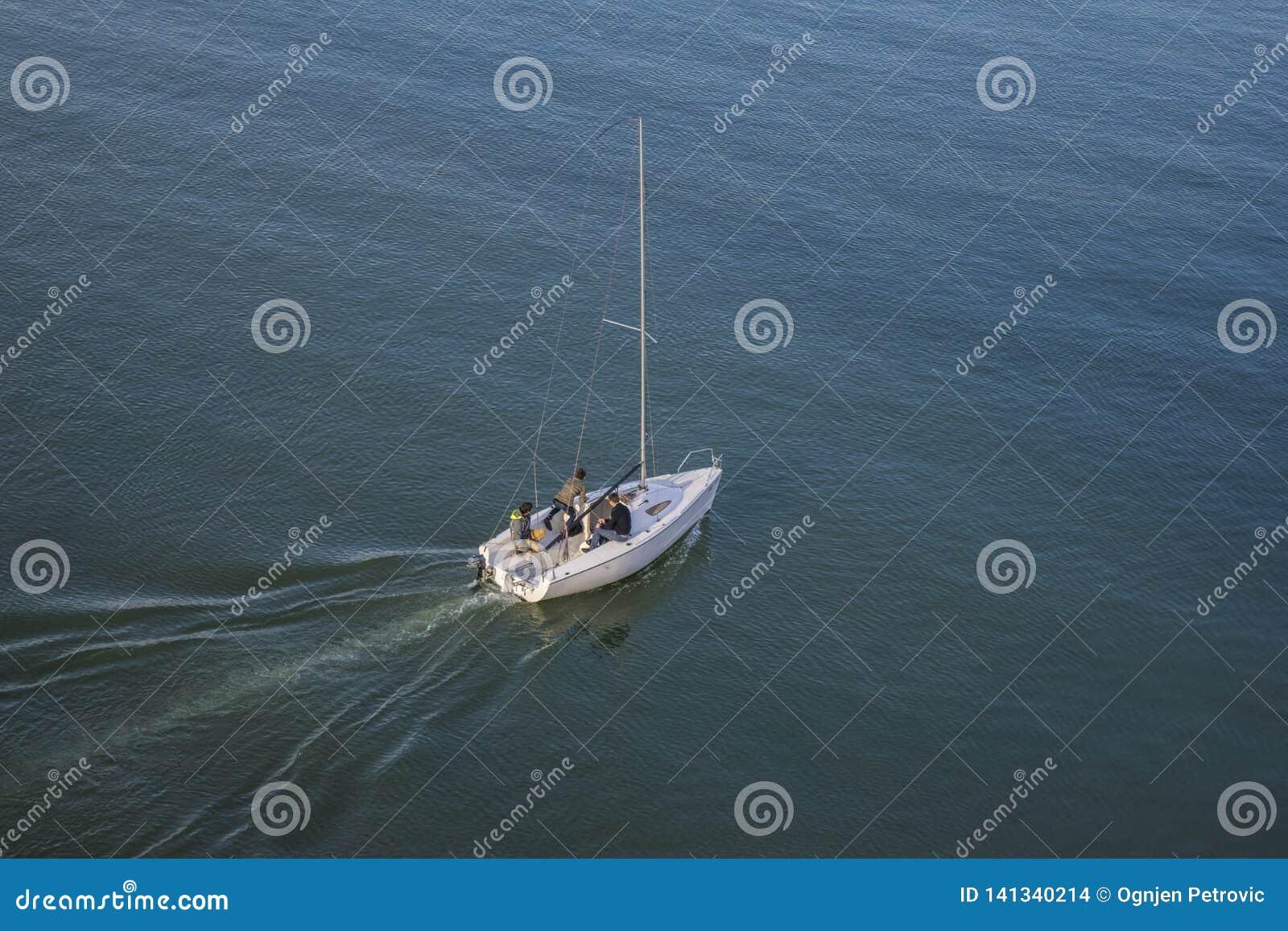 Barco con tres individuos que navegan en el río Sava
