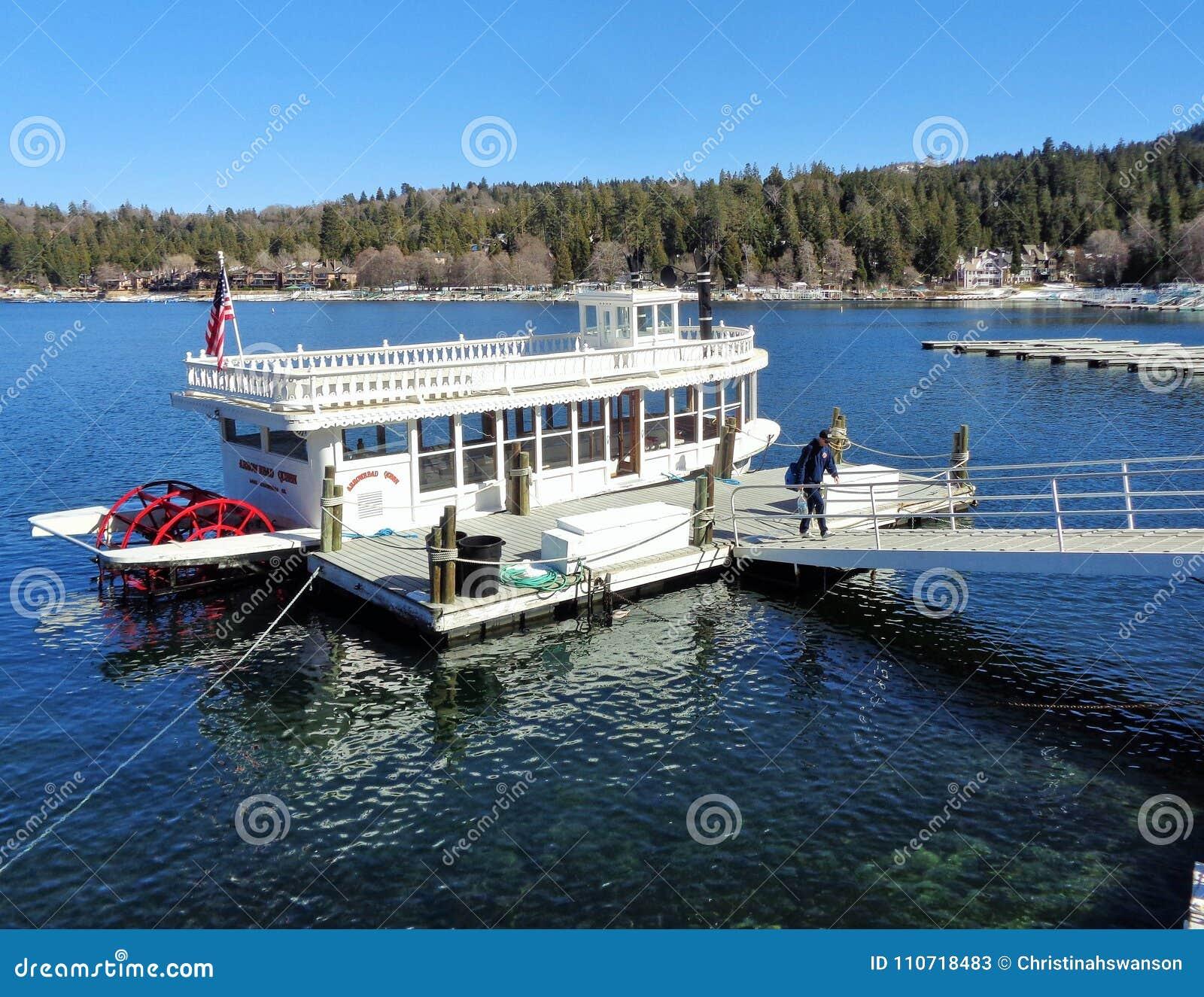 Barco da roda de pás da rainha da seta do lago na doca