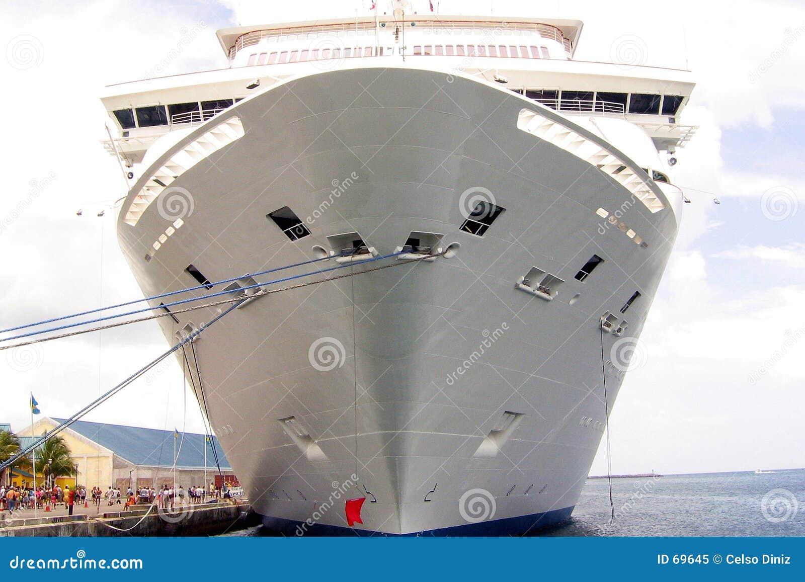 Barco de cruceros en puerto