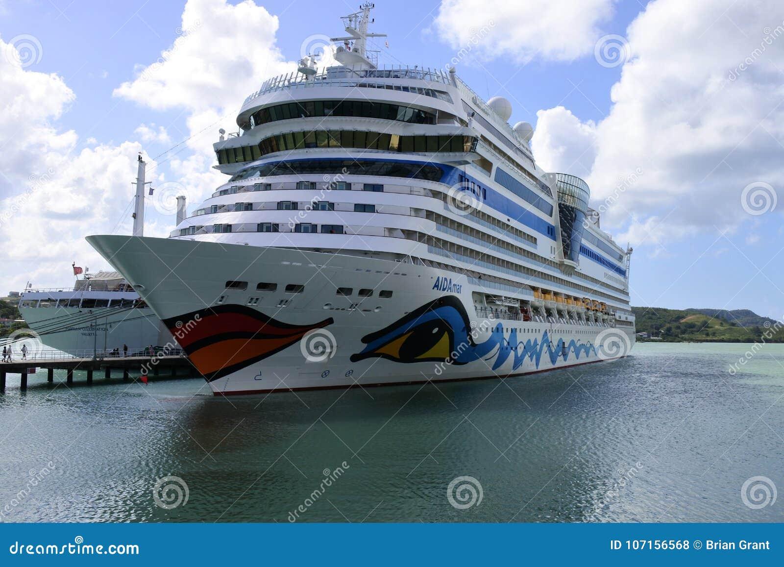 Barco de cruceros de AidaMar en el muelle