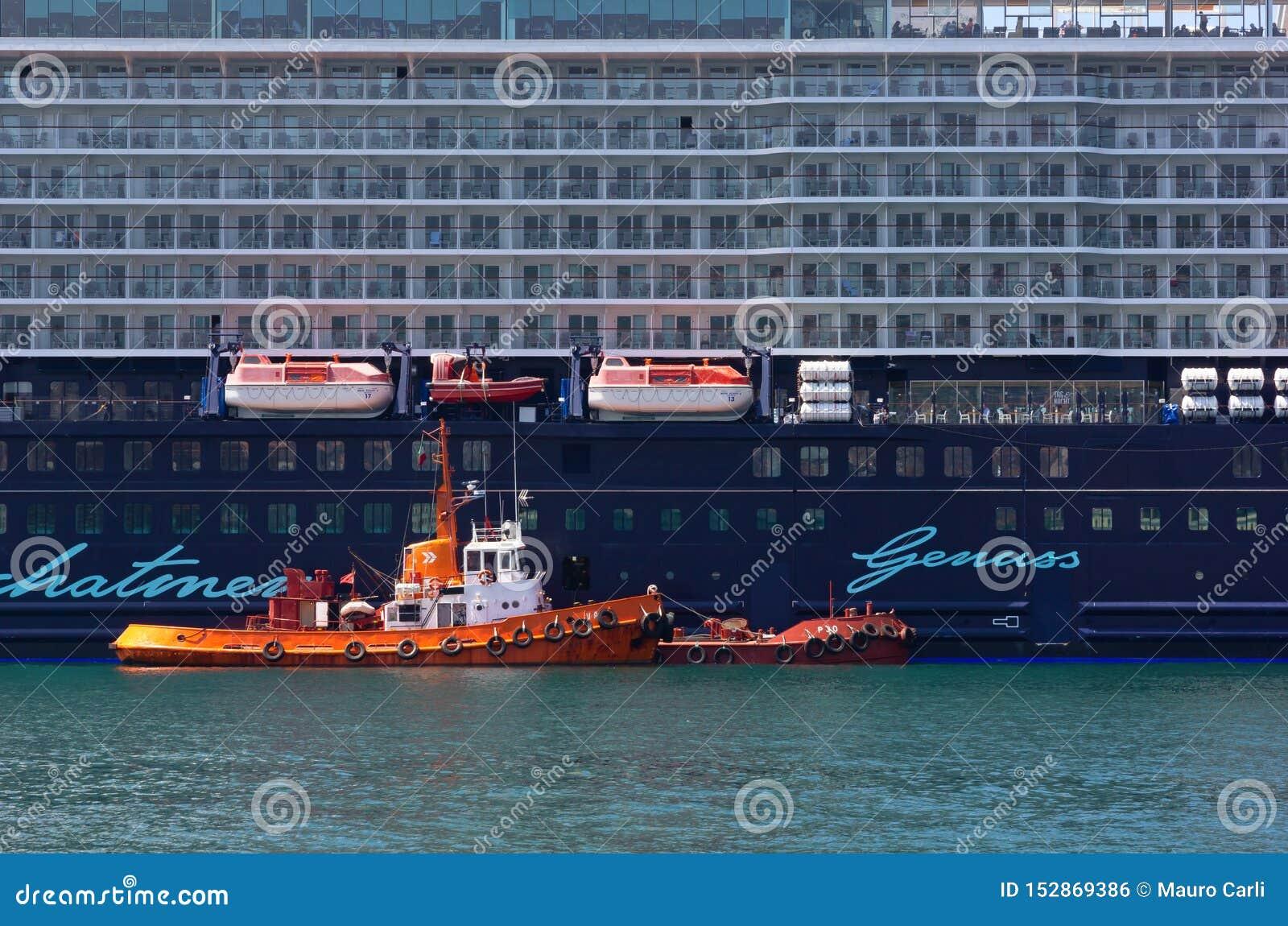 Barco de cruceros amarrado en Trieste