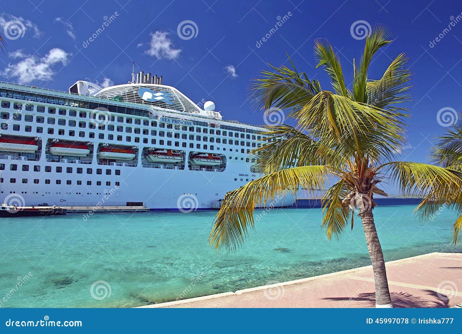 Barco de cruceros atracado en Aruba, del Caribe