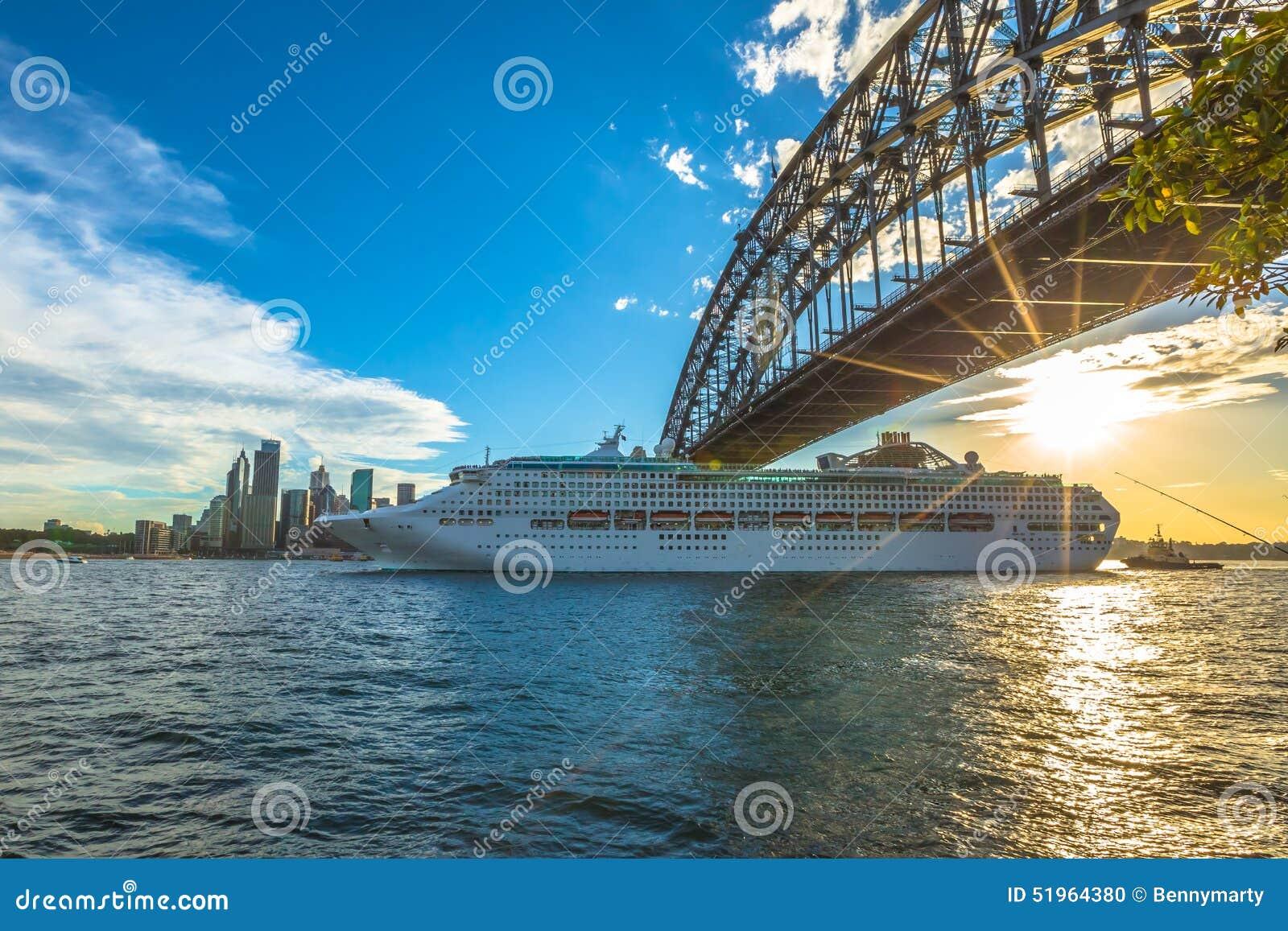 Barco de cruceros debajo de Sydney Harbor Bridge