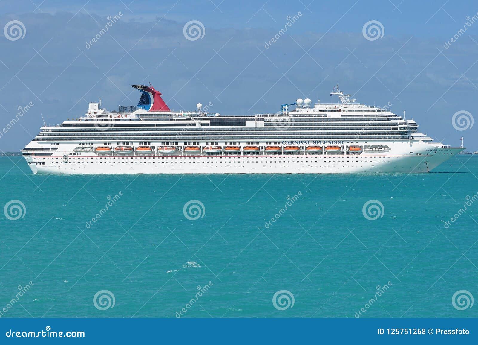 Barco de cruceros del esplendor del carnaval en el mar