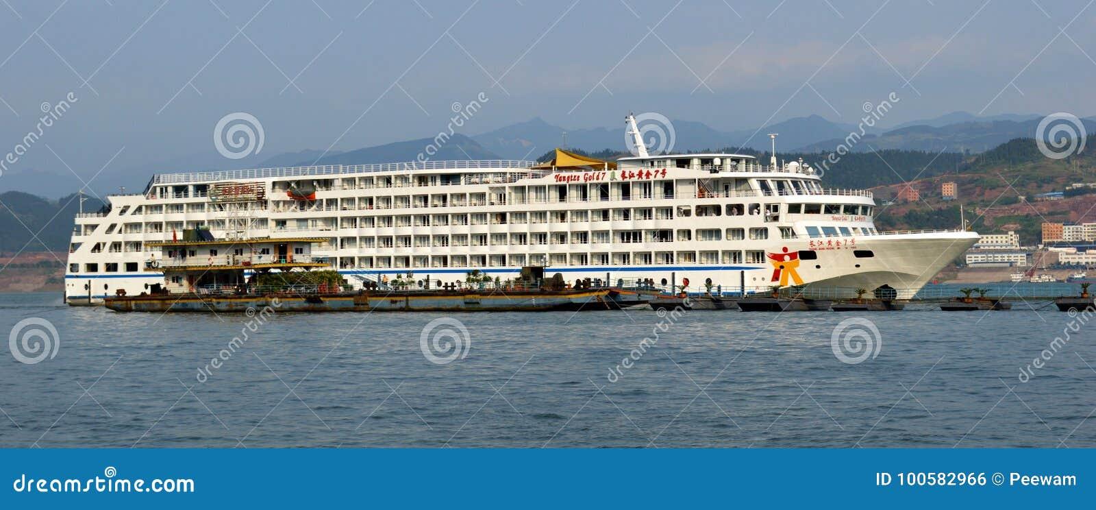 Barco de cruceros del oro de Yangtze