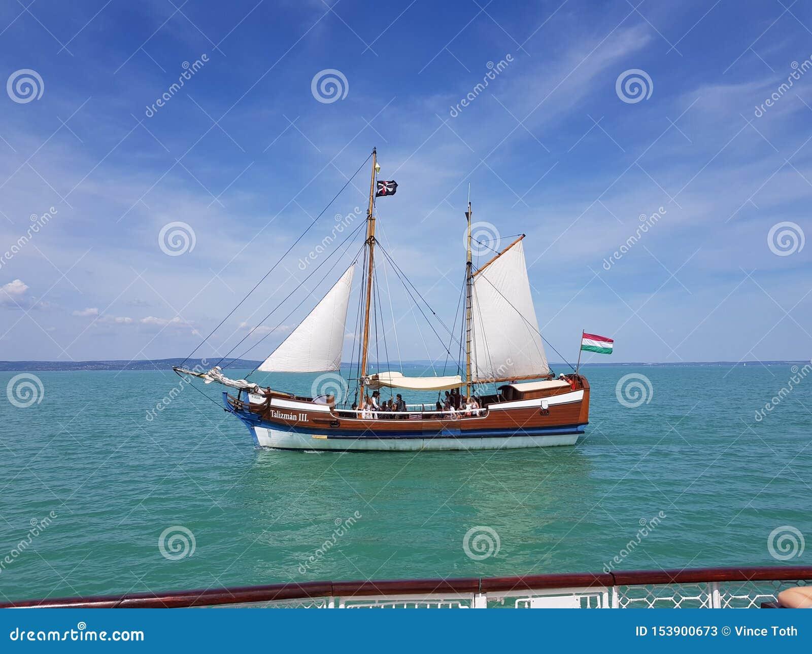 Barco de cruceros en el lago Balatón