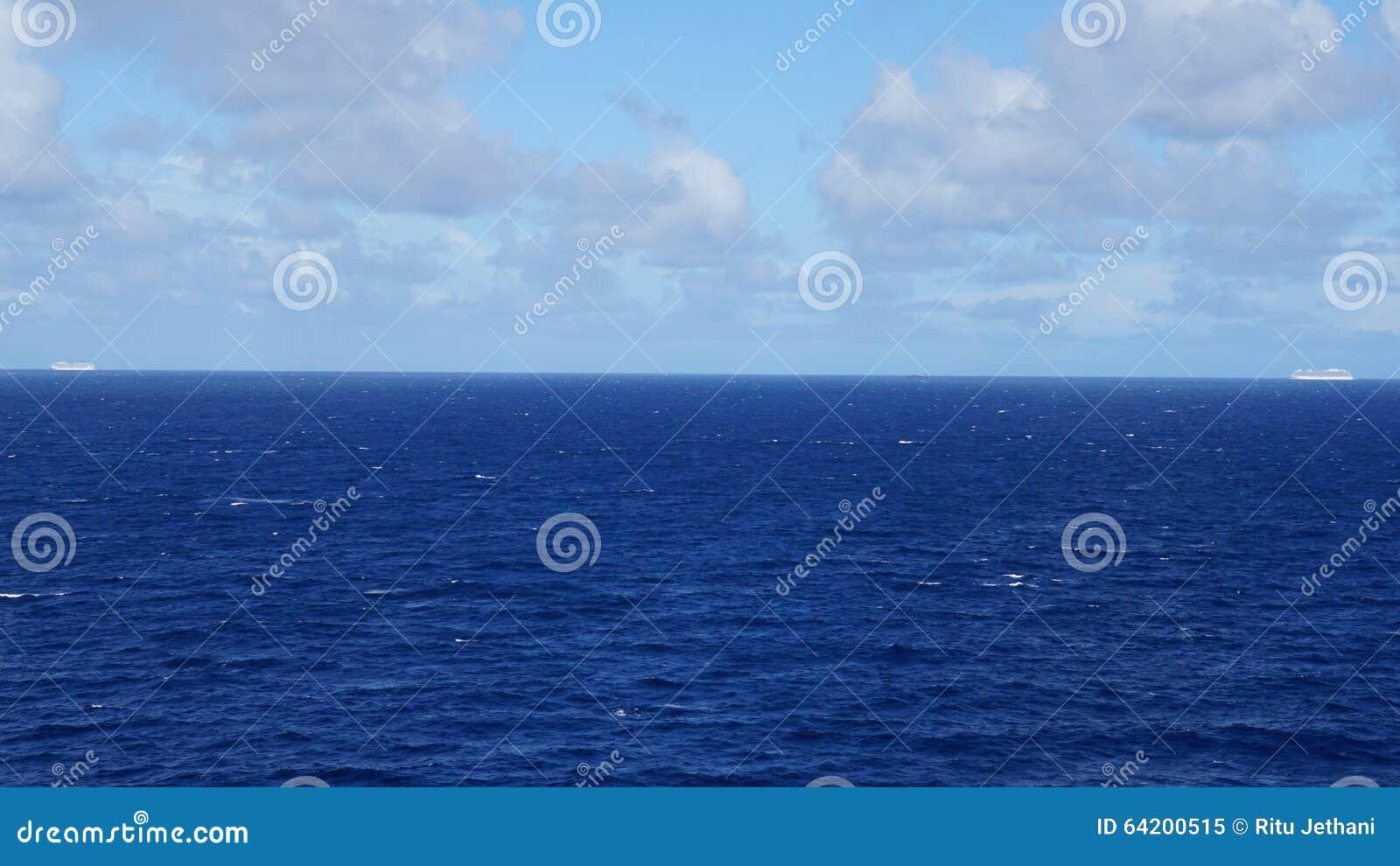 Barco de cruceros en el Océano Atlántico