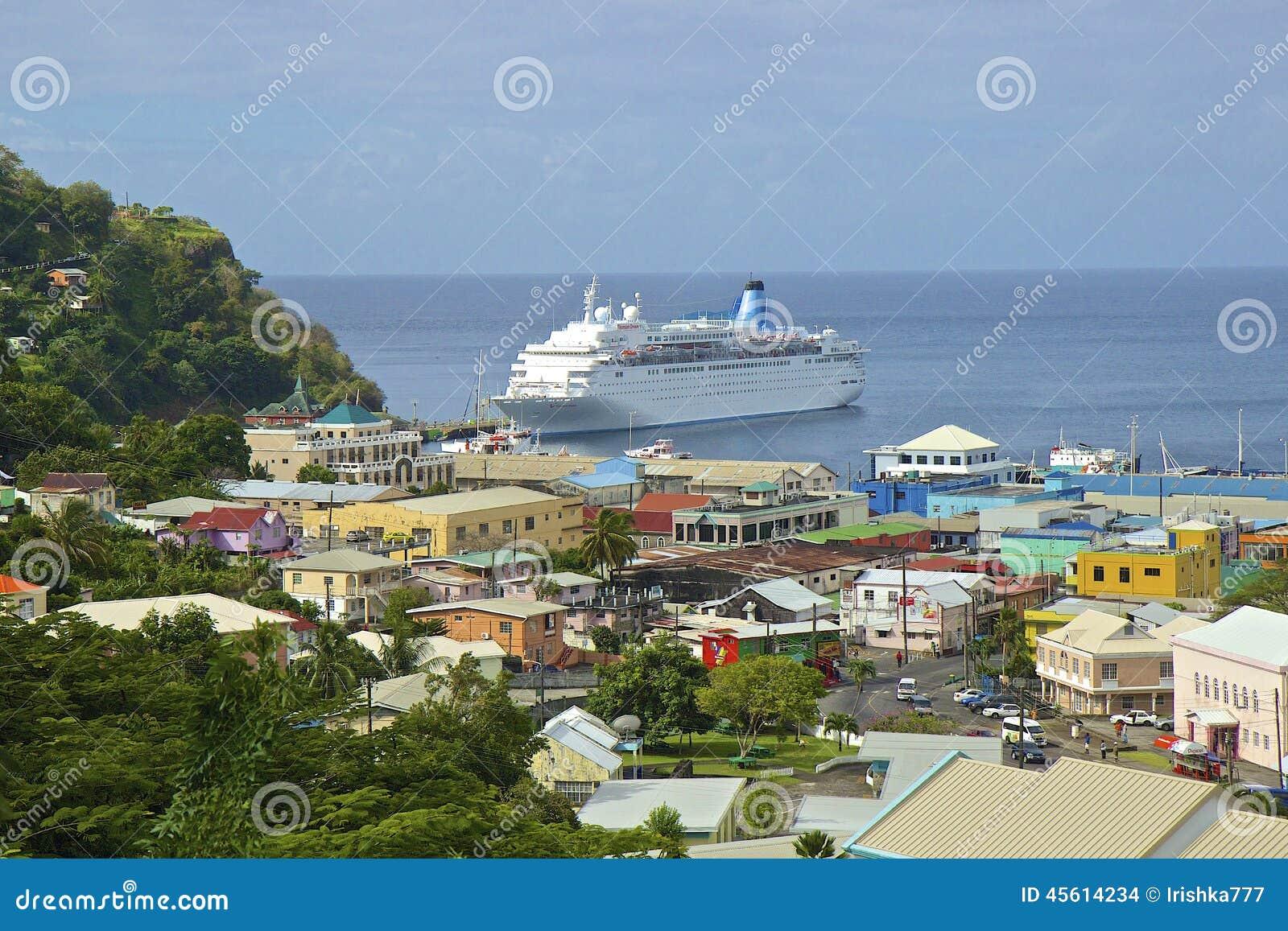 Barco de cruceros en el puerto de Kingstown en St Vincent