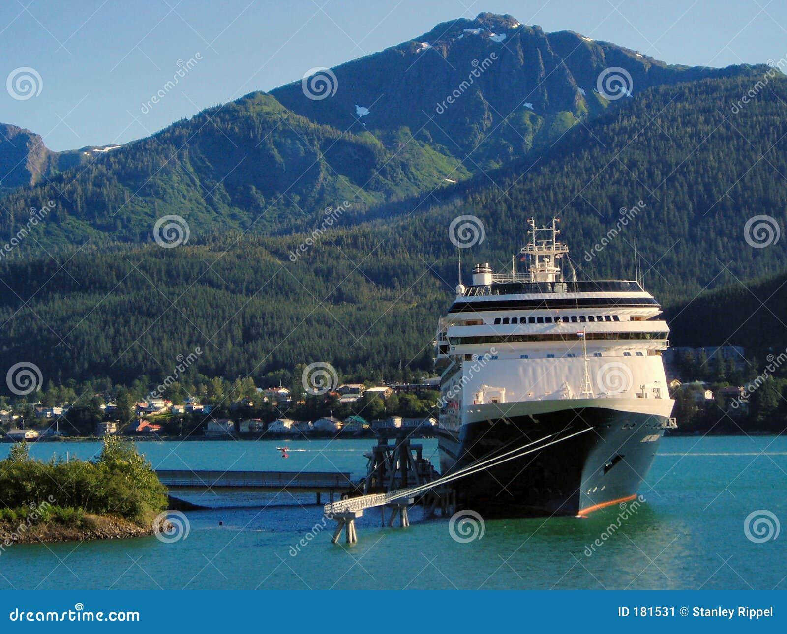 Barco de cruceros en puerto de Juneau, Alaska