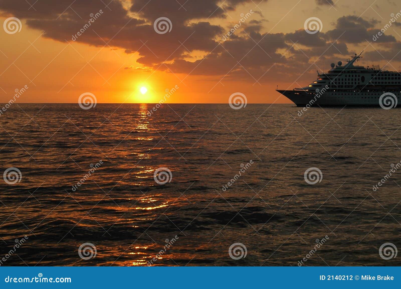 Barco de cruceros en puesta del sol