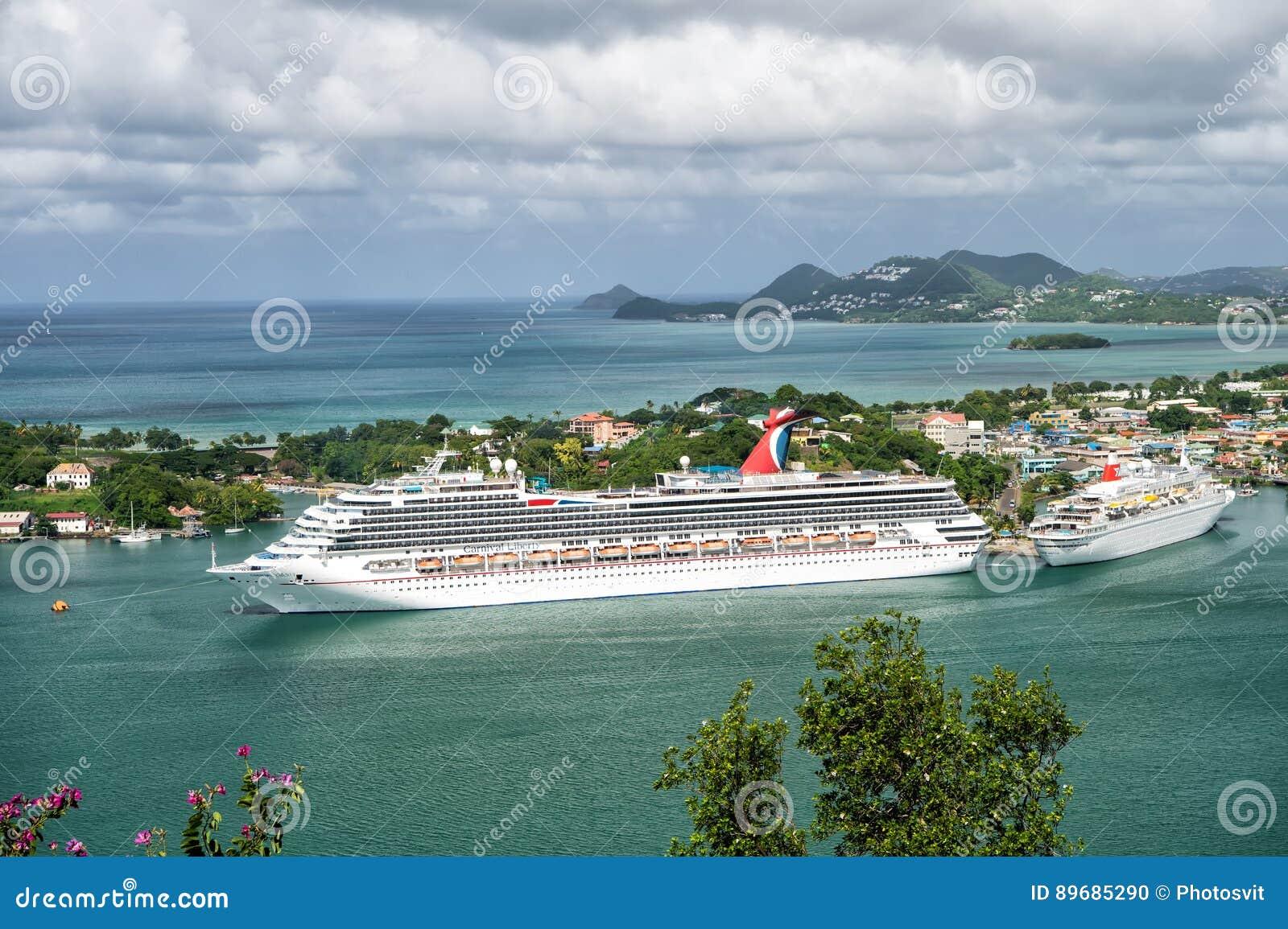 Barco de cruceros grande en bahía en el mar de la isla, Santa Lucía