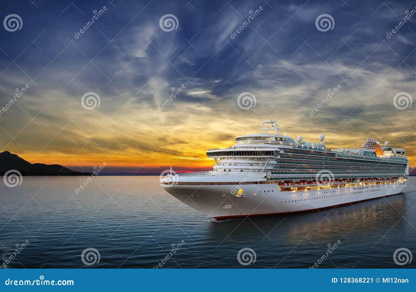 Barco de cruceros que navega para virar hacia el lado de babor