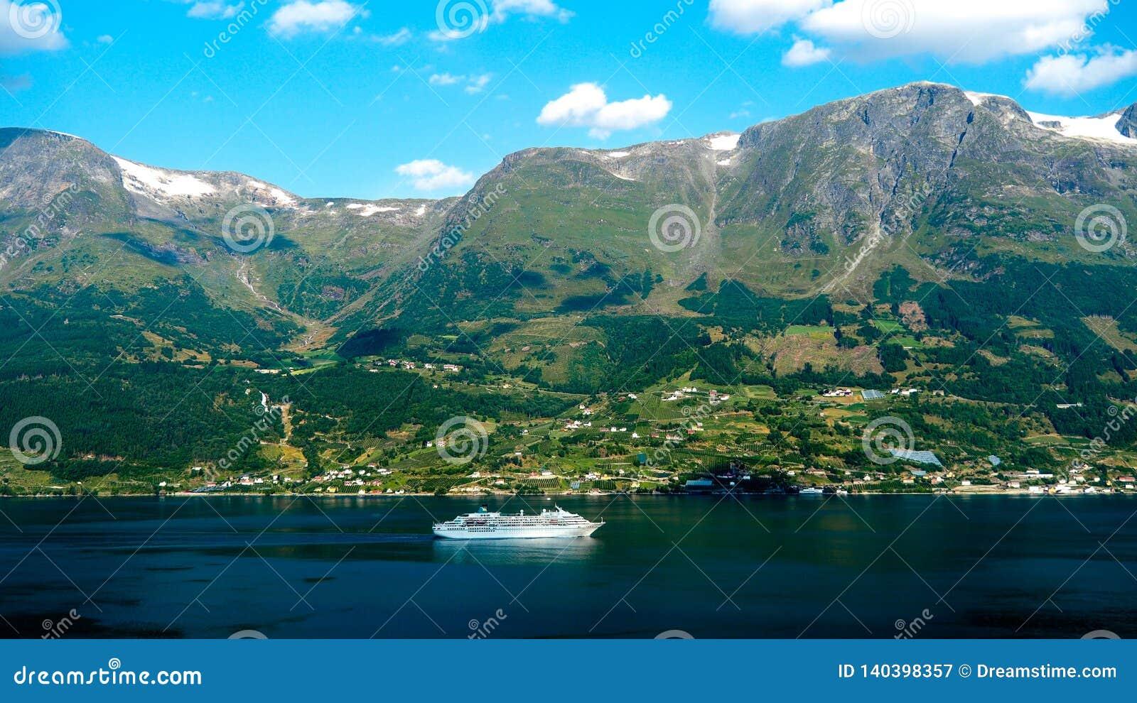 Barco de la excursión que cruza a través del fiordo noruego