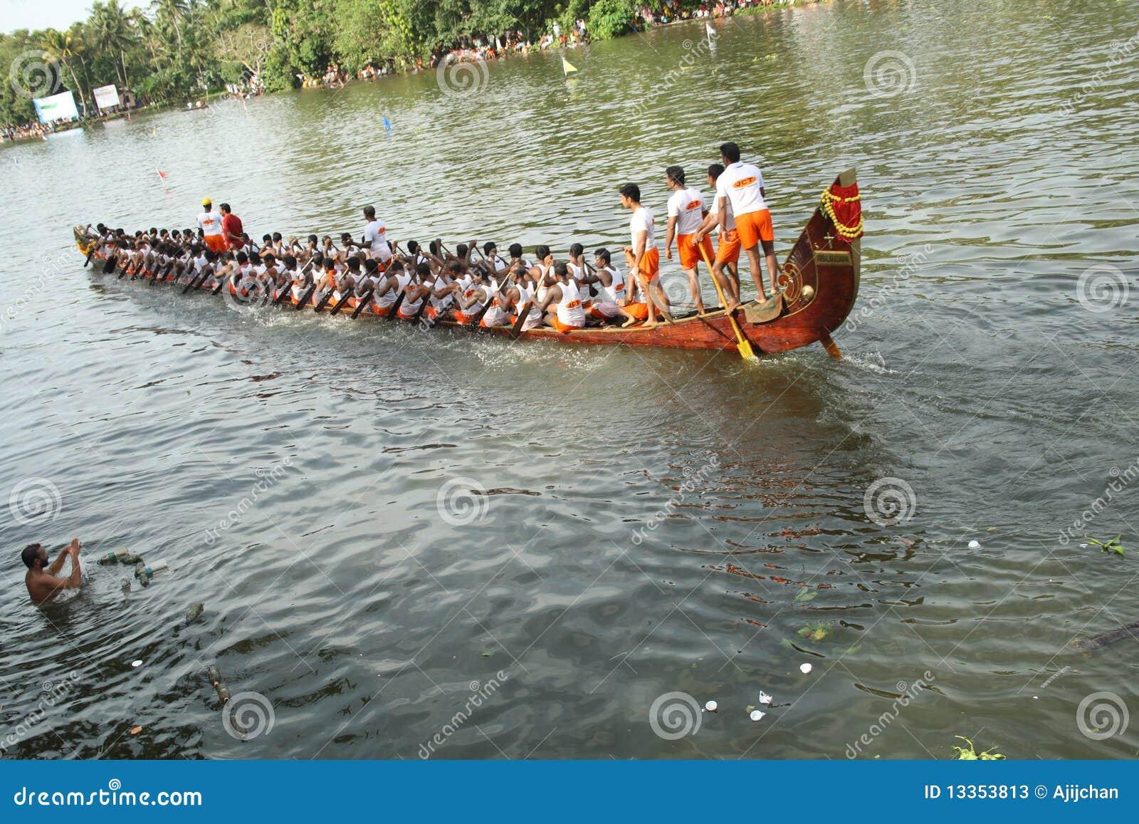 Barco de la serpiente con la gente