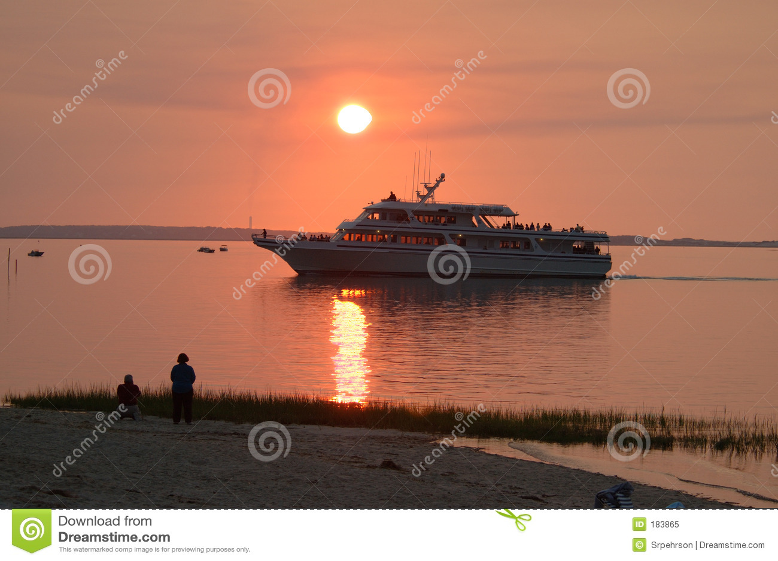 Barco de la travesía en la puesta del sol