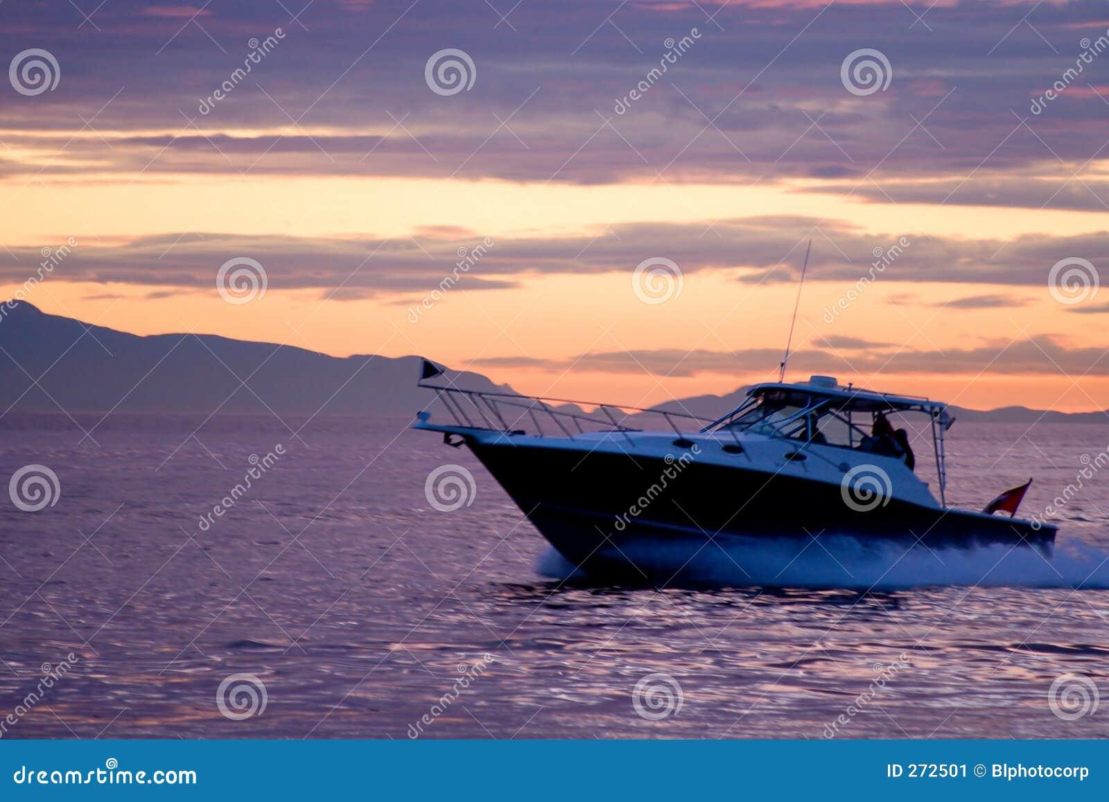 Barco de la velocidad en la puesta del sol violeta