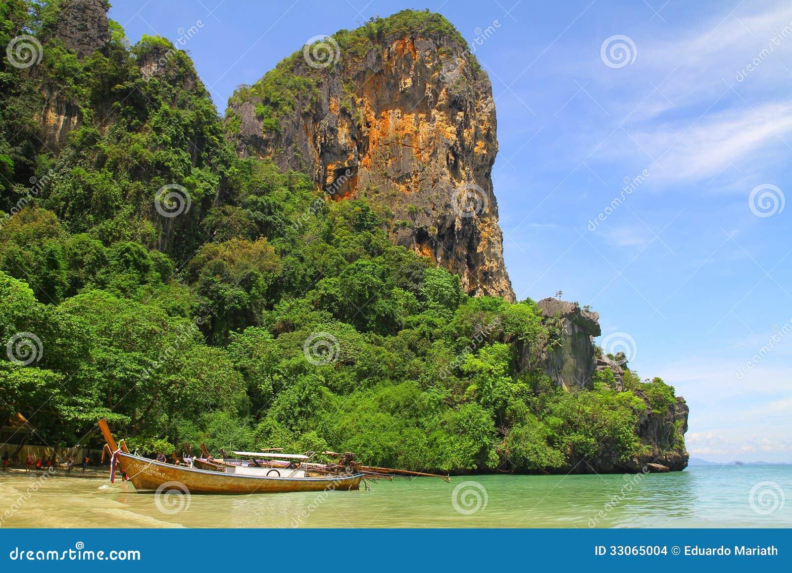 Barco de Longtail en la playa de Railay - Krabi - Tailandia