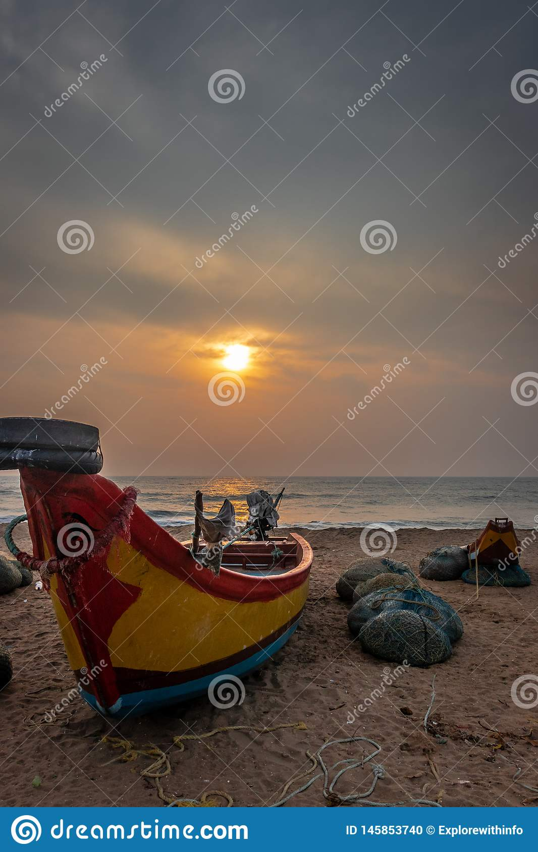 Barco de los pescadores en la opinión de la salida del sol de la orilla