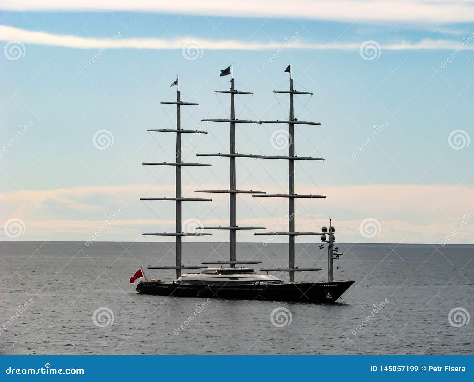 Barco de lujo en el mar en un día soleado
