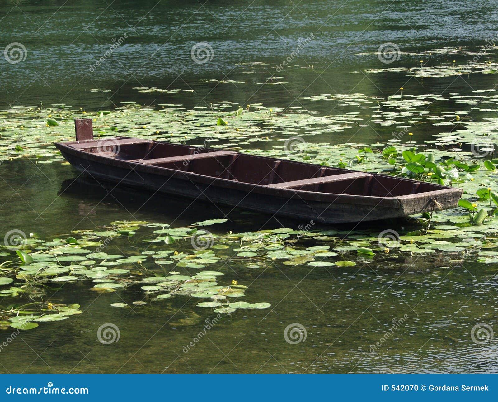 Barco de madeira na água