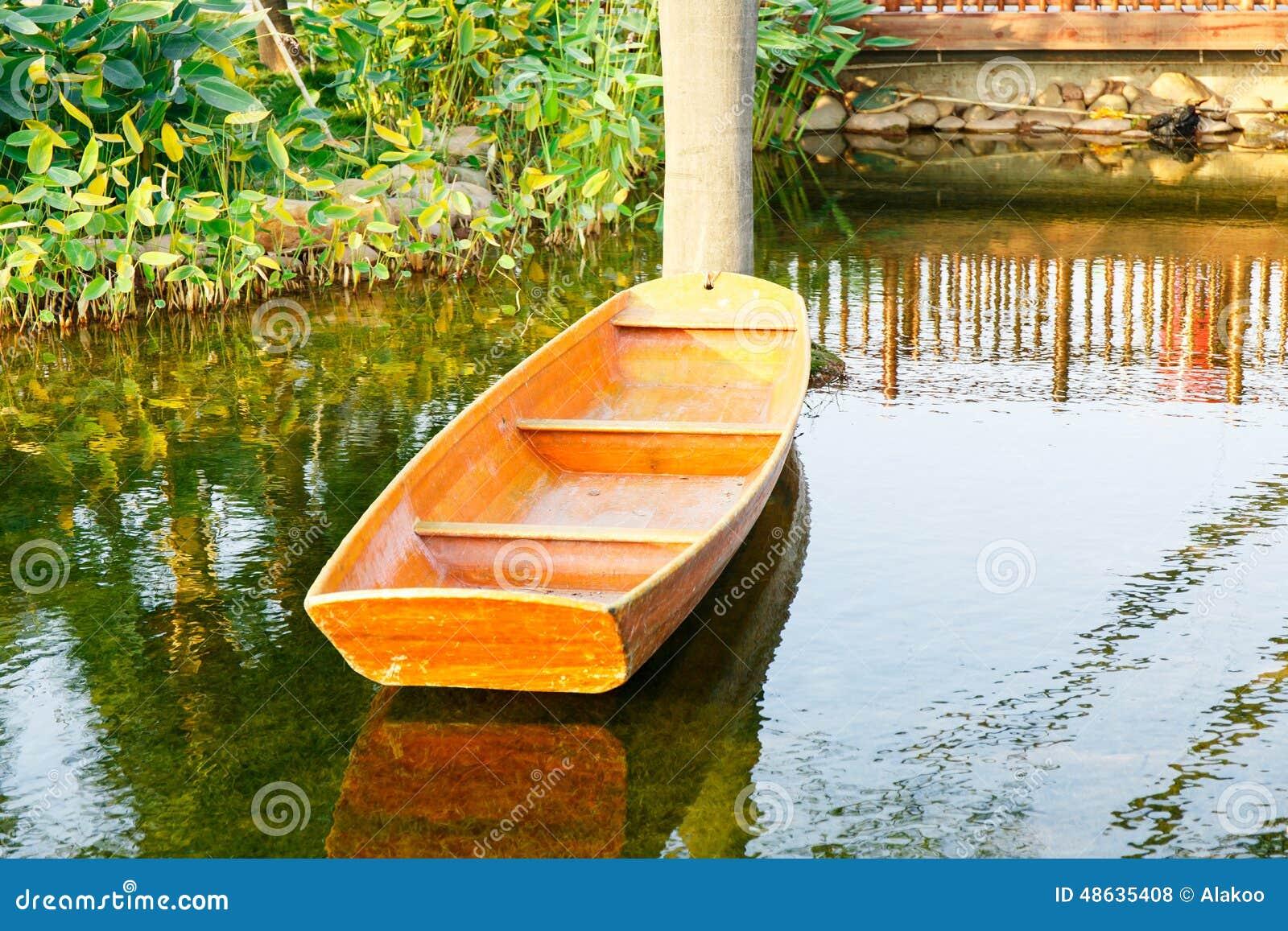 Barco de madeira pequeno na lagoa