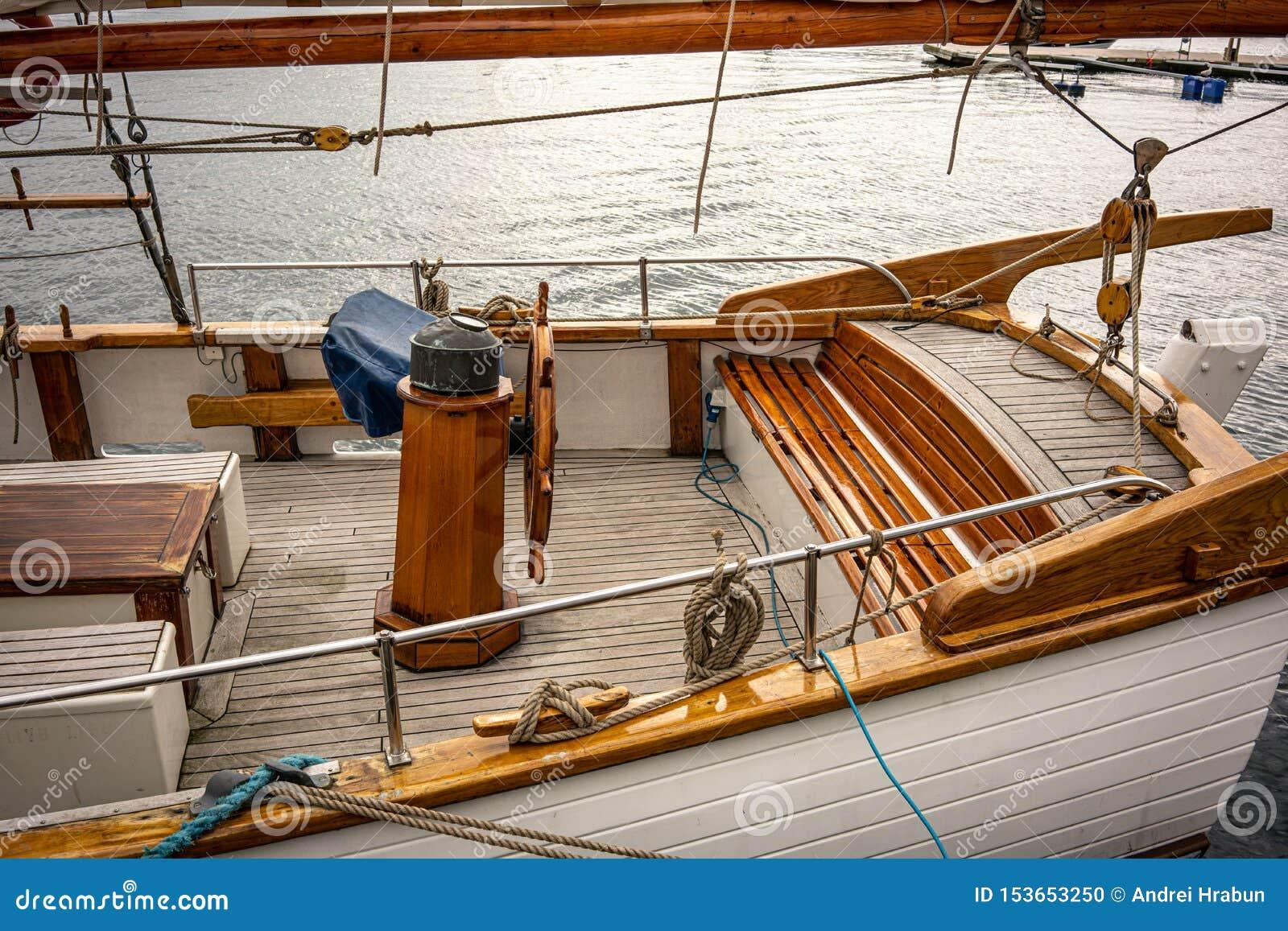 Barco de madera con la cubierta marrón limpia de la teca