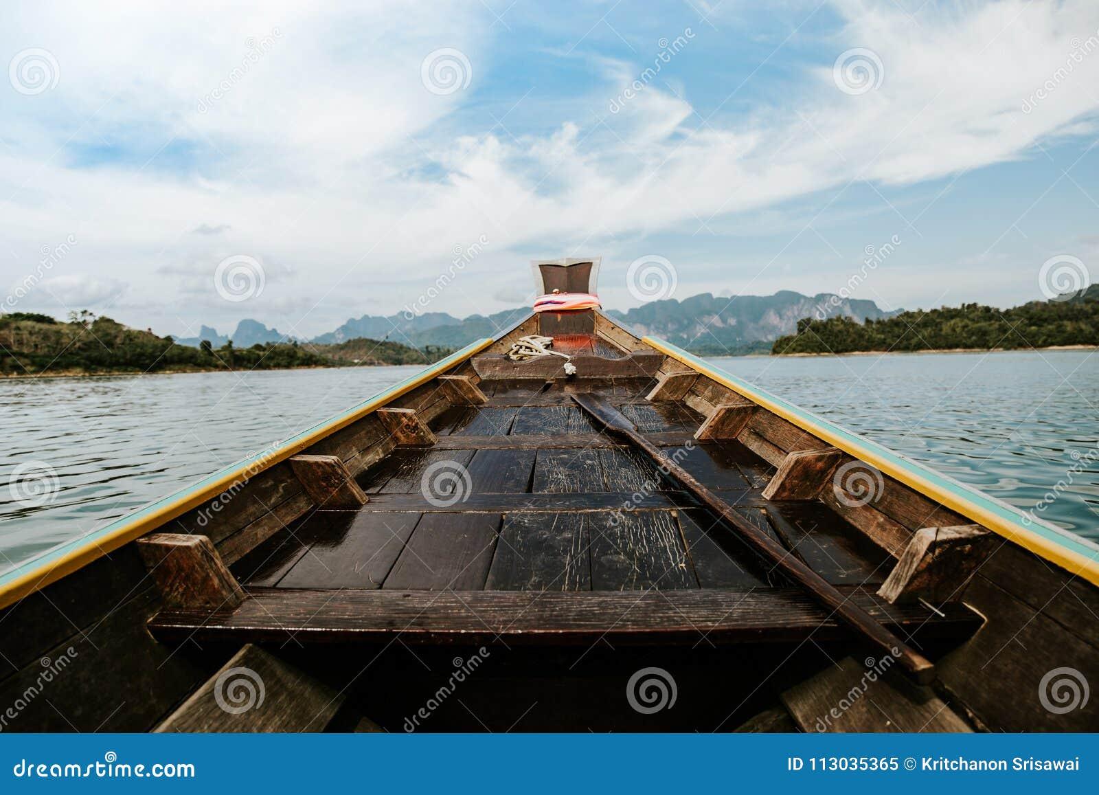Barco de madera de la cola larga
