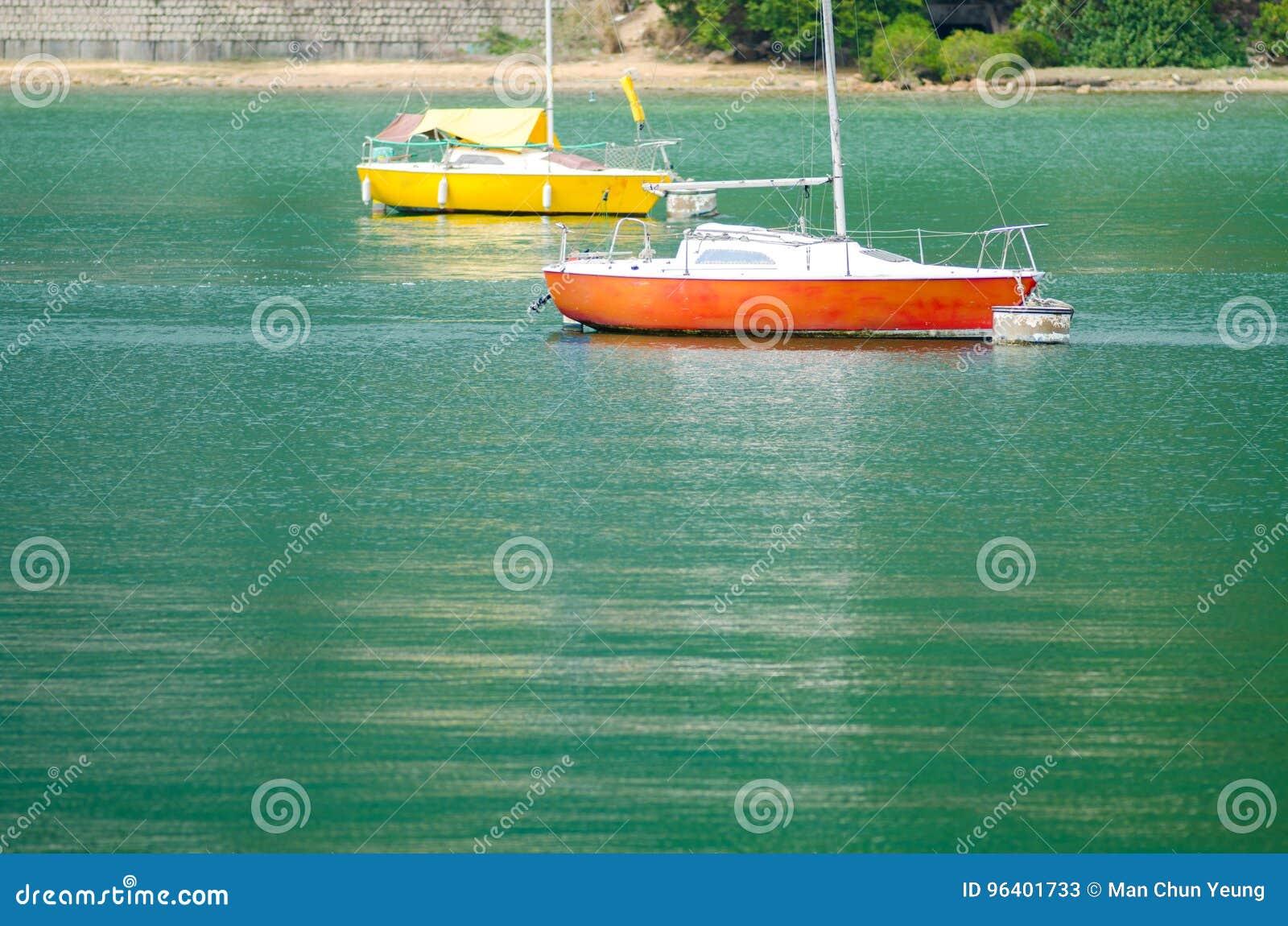 Barco de navegación en el mar