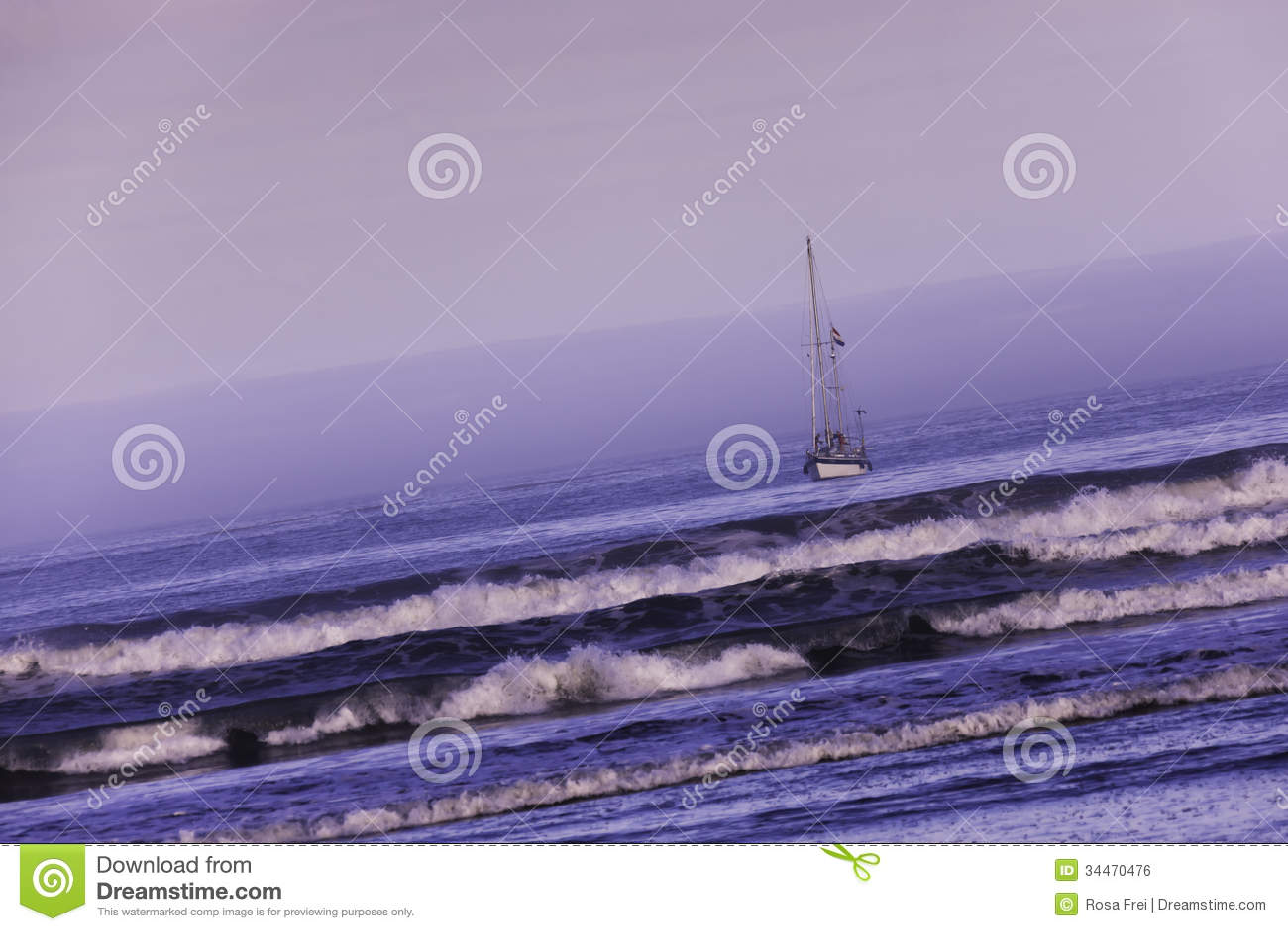 Barco de navegación en el océano en el amanecer.