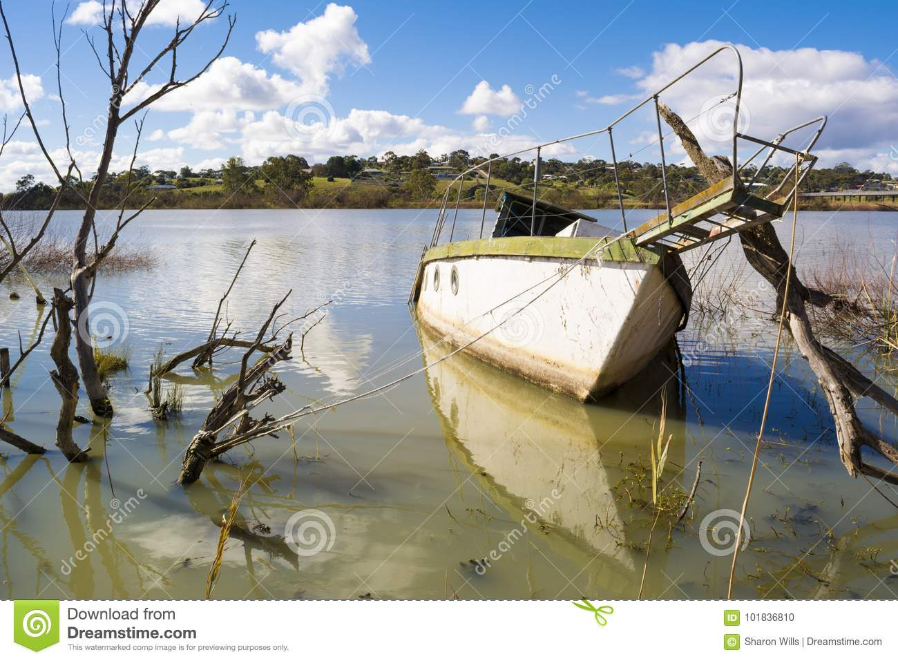 Barco de navegación hundido en Murray River, Murray Bridge, Austra del sur