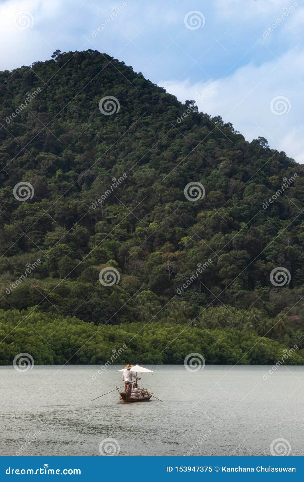 Barco de navegación para el viajero en bosque del mangle en la isla de Koh Chang